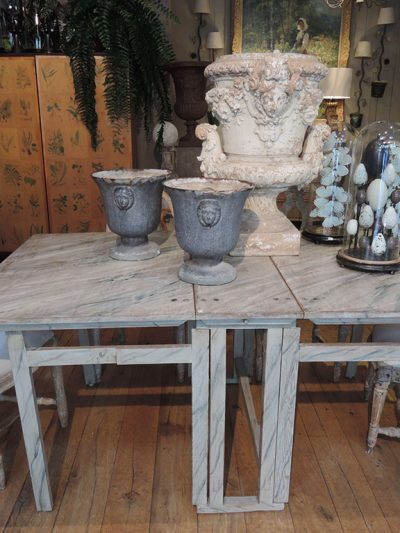 TABLE DITE GETLEG EN BOIS PEINT DECOR FAUX-MARBRE BLEU PALE – SUEDE CA.1800