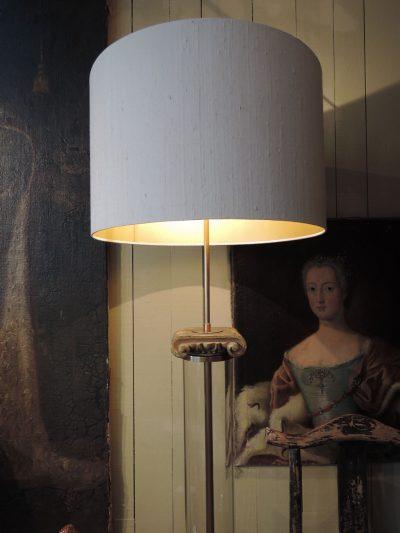 PAIRE DE LAMPADAIRES TUBE DE VERRE & CHAPITEAUX EN BOIS DORE AJ CYLINDRES