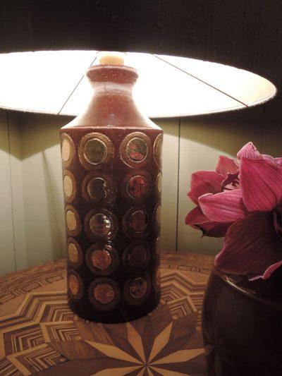 LAMPE EN CERAMIQUE BRUNE EMAILLEE PASTILLES CUIVRE PAR BERGBOMS CA,1960