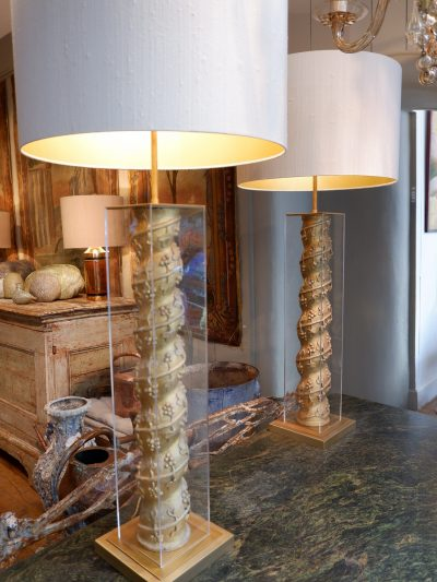 XVIIITH CENTURY GILT WOOD COLUMNS IN A PLEXIGLAS CASE WITH SILK SHADES