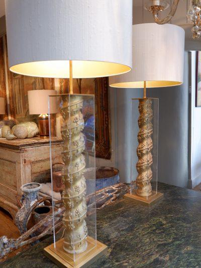 PAIRE DE LAMPES COLONNES EN BOIS DORE FEUILLES DE CHENE DANS BOITES EN PLEXIGLAS + AJ SOIE