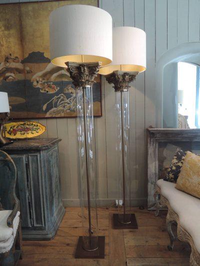 PAIRE DE LAMPADAIRES GRANDS TUBES DE VERRE & CHAPITEAUX EN BOIS DORE AJ CYLINDRES