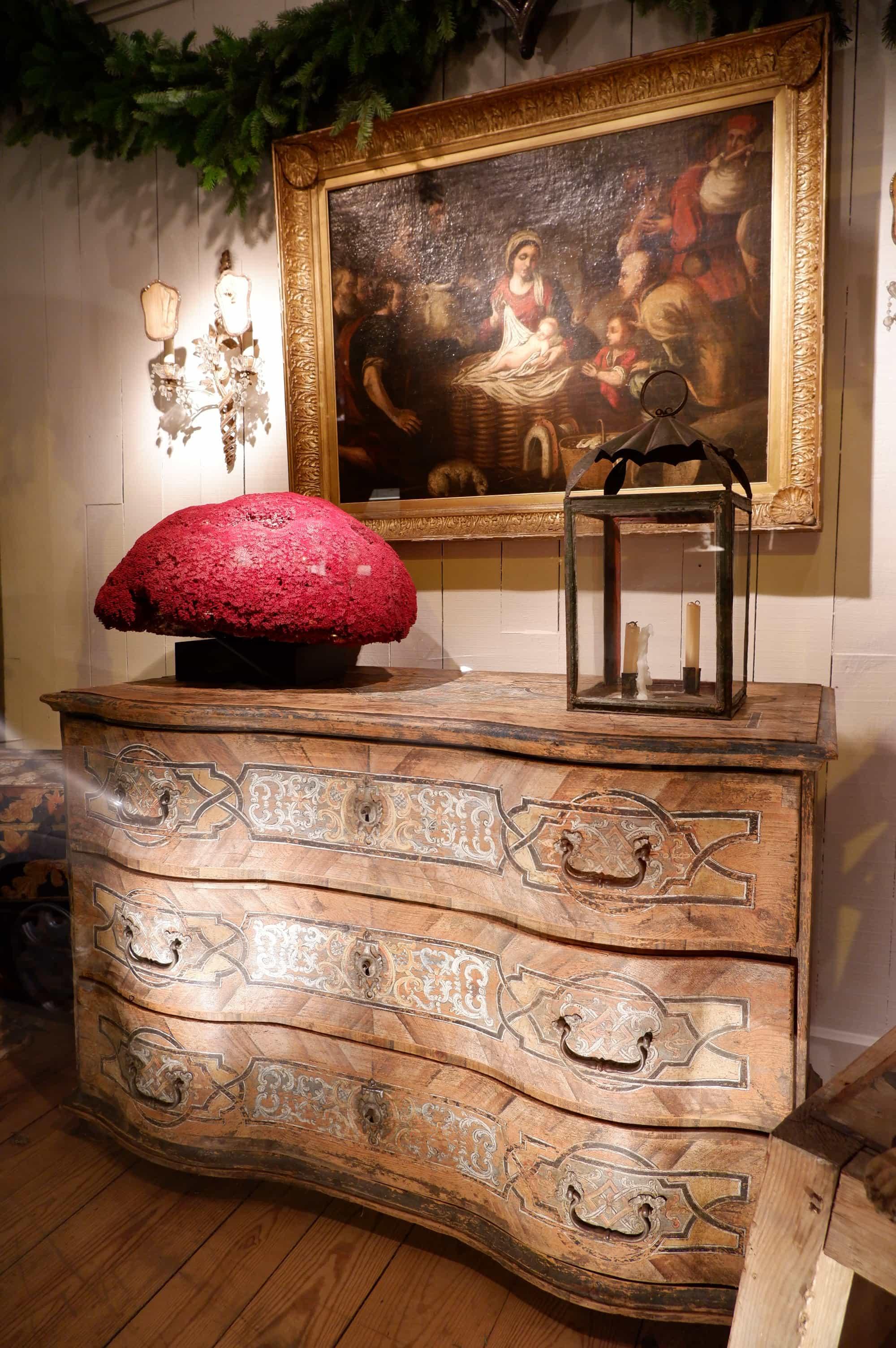 Large commode de sacristie en bois peint décor polychrome – France ca.1700
