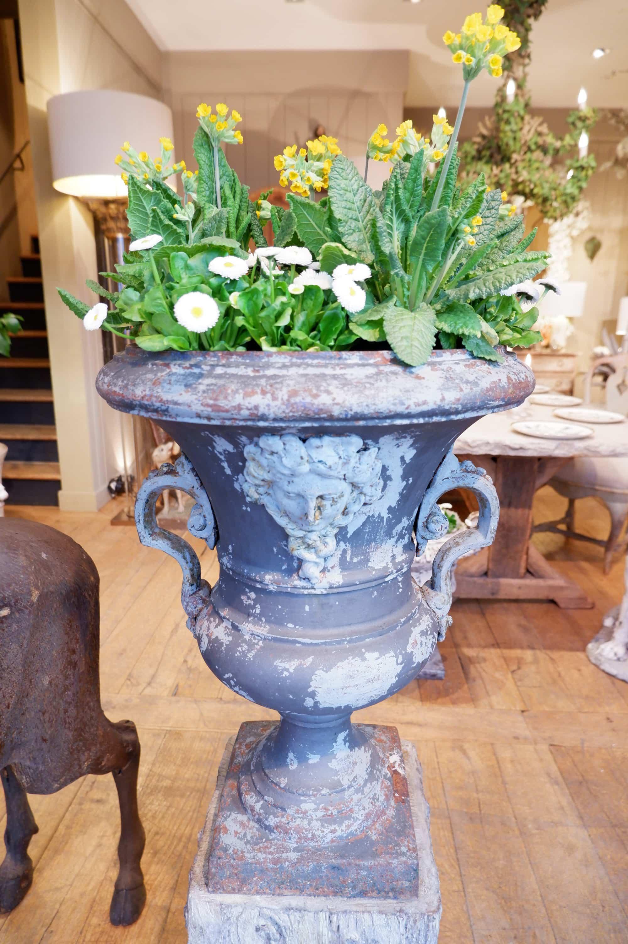 Grande paire de vases en fonte grise d'époque directoire  – décor de masques et anses ca.1795