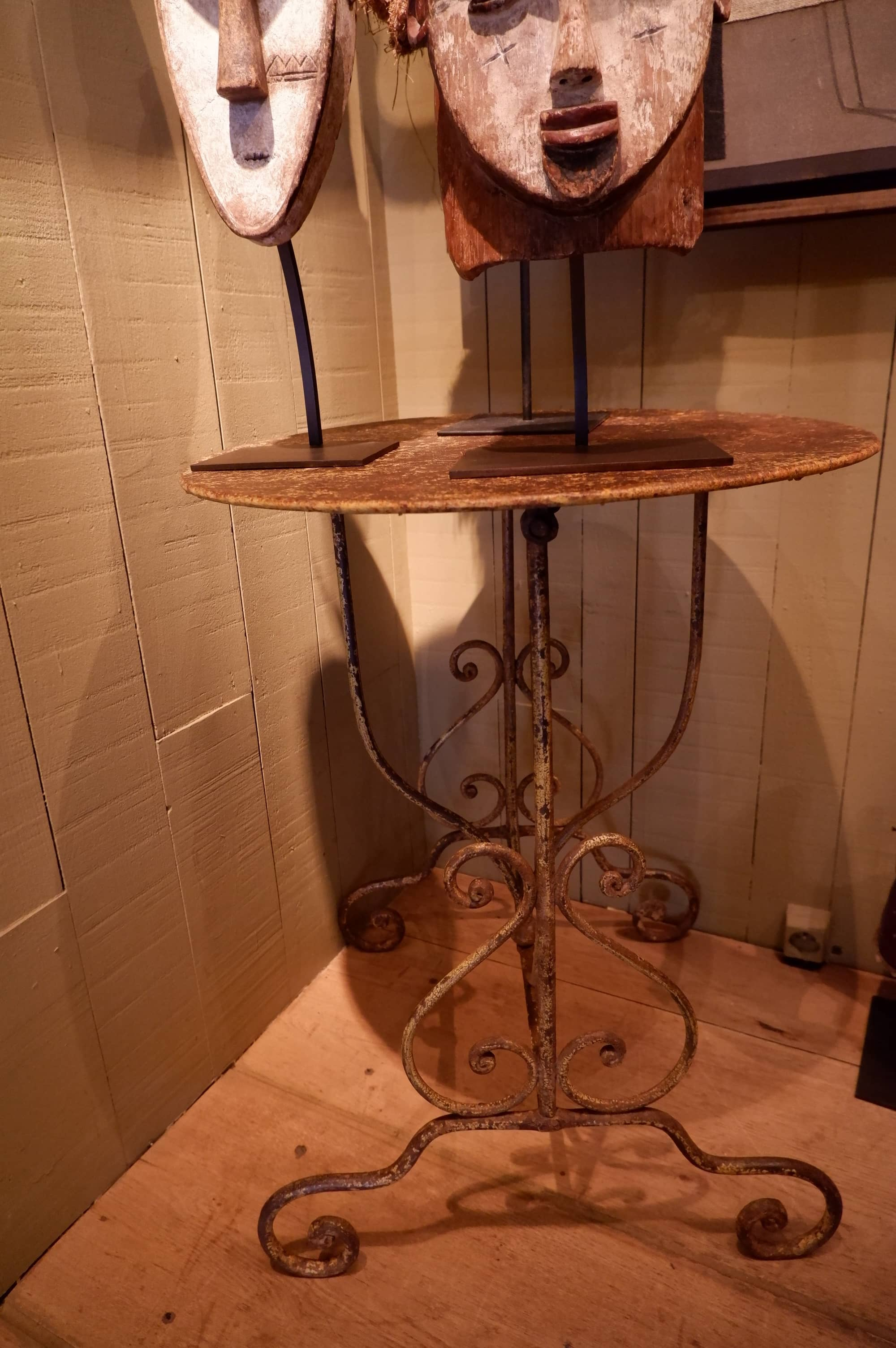 PETIT TABLE RONDE DE JARDIN EN FER XIXE – PLATEAU PLOYANT