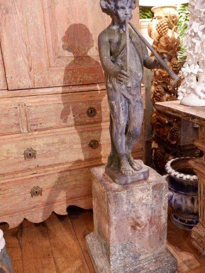 """Centre de fontaine en plomb sur socle en ciment """"joueur de flûte"""" ca.1850"""