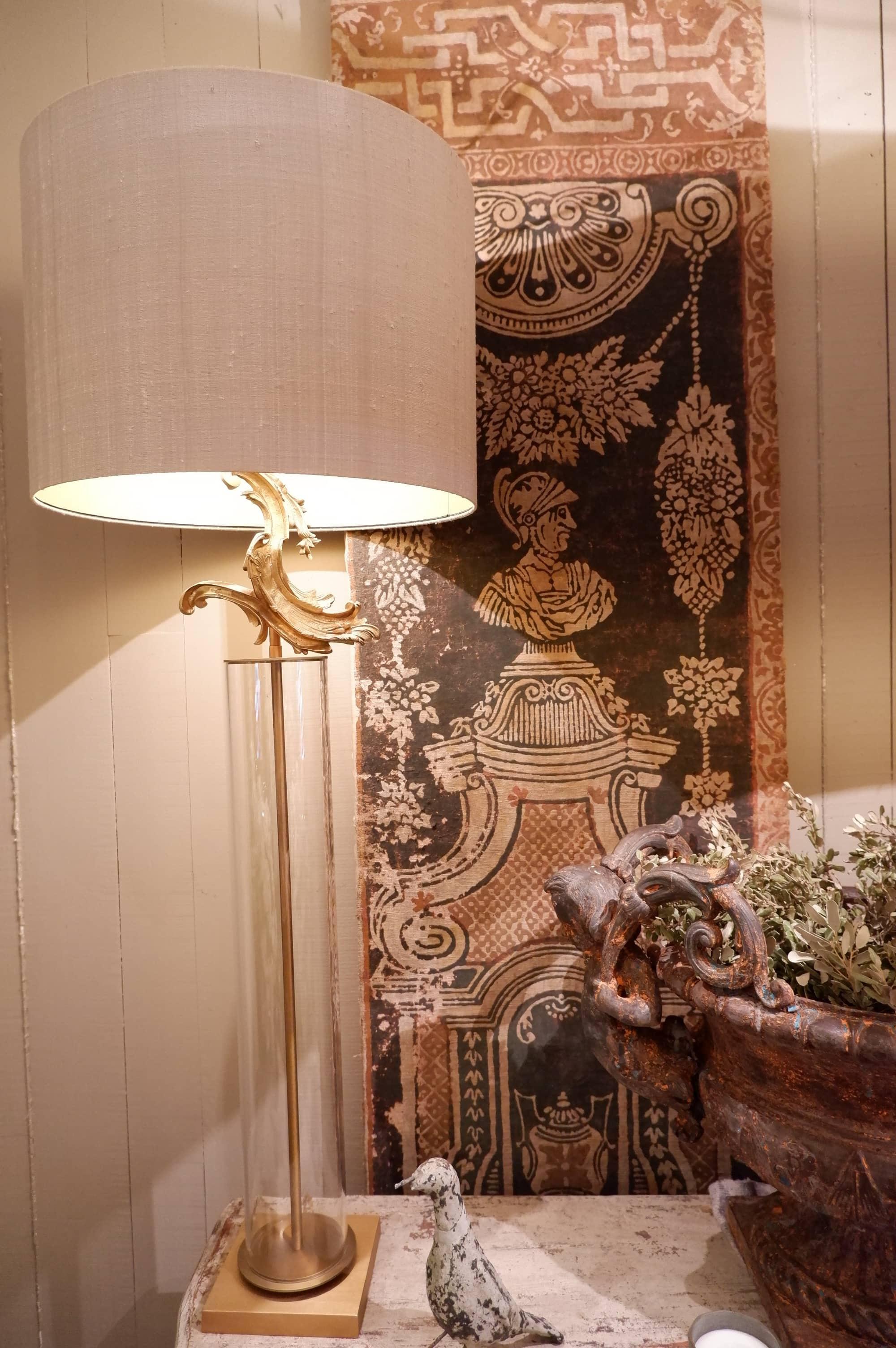 Paire de lampes tubes de verre & volutes en bronze doré + AJ soie