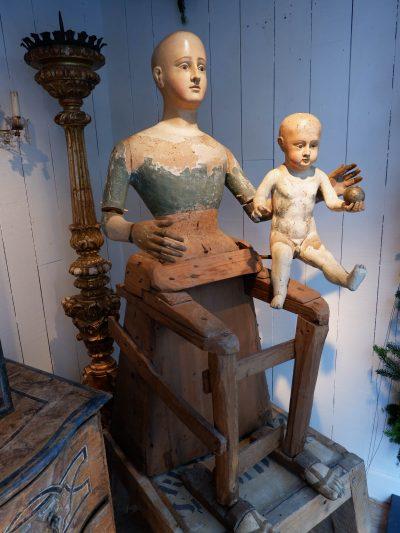 STATUE DE LA VIERGE A L'ENFANT EN BOIS SCULPTE POLYCHROME – Italie XVIIE