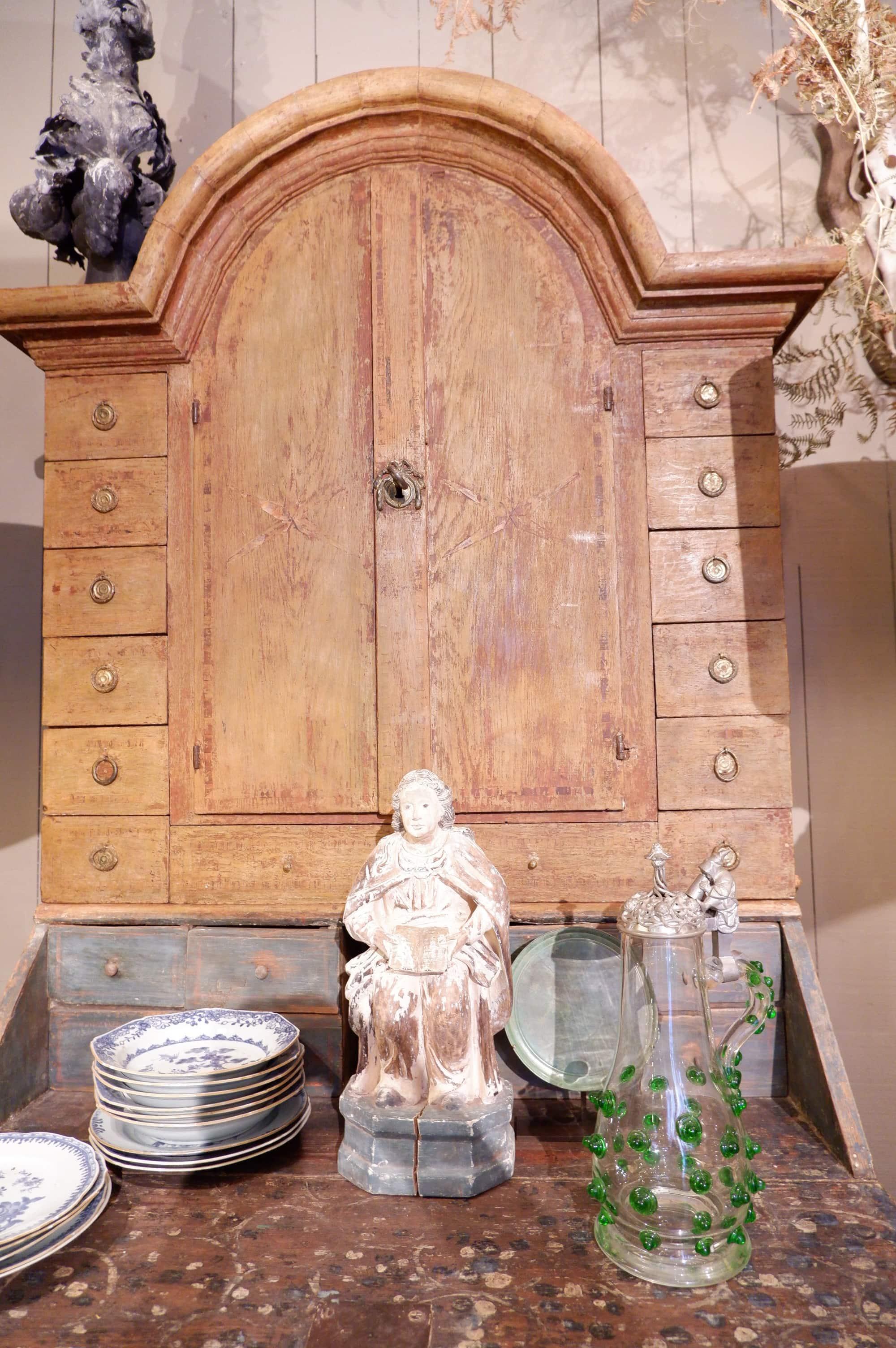 Elégant secrétaire Gustavien en bois peint patine ochre ca.1810