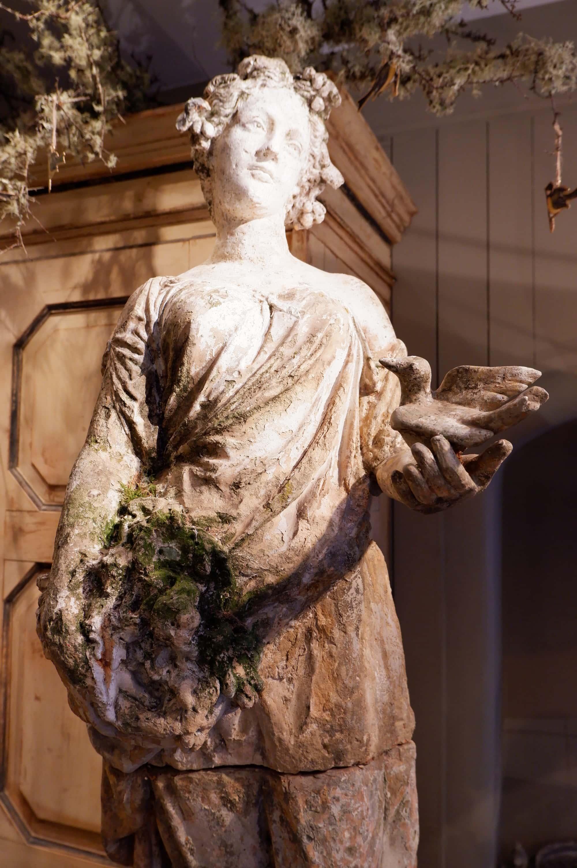 Statue en terre-cuite d'une allégorie du printemps début XIXe