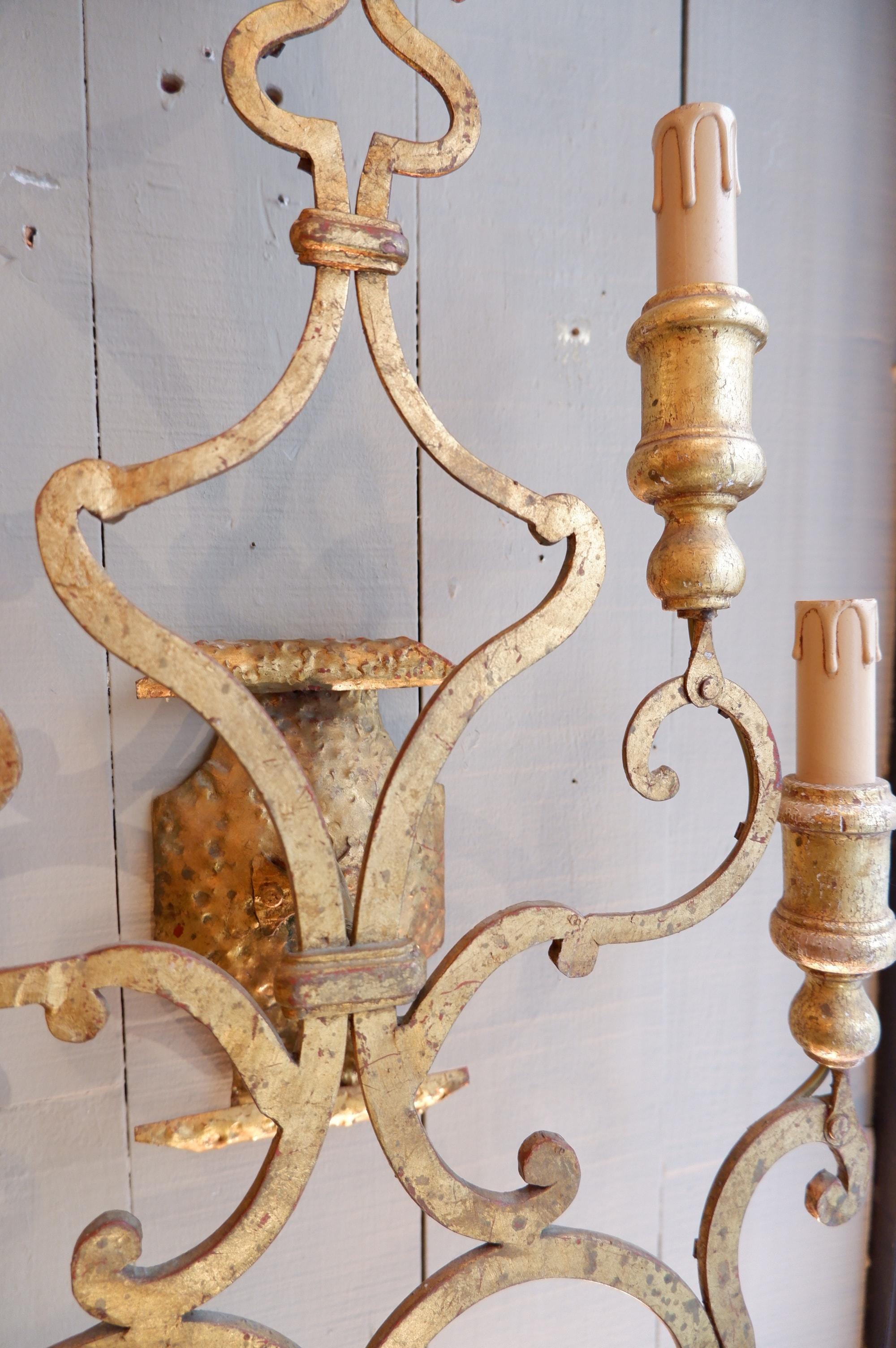 Une paire de grandes appliques en métal doré ca.1920