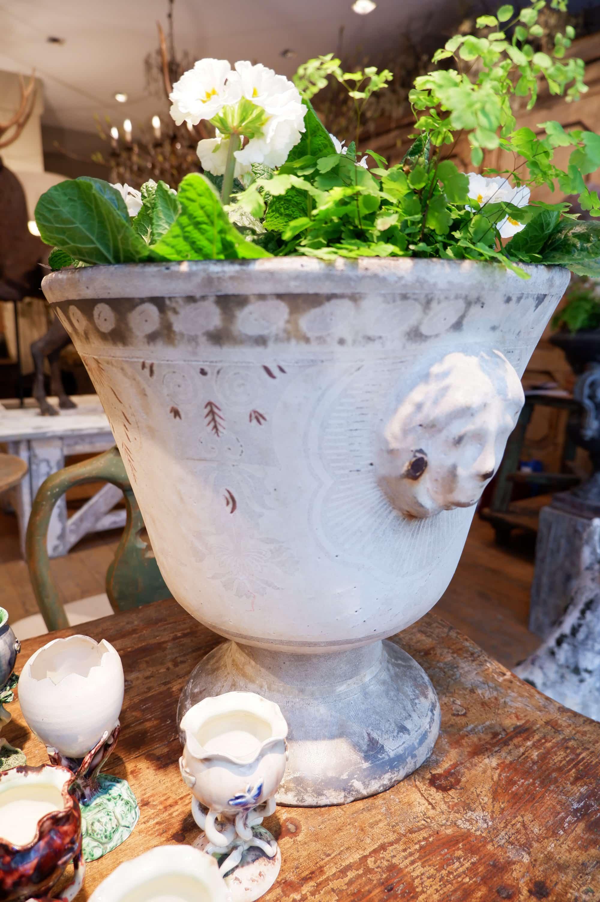 """Paire de grands vases en fonte émaillée """"décor de Rouen"""" ca.1810"""