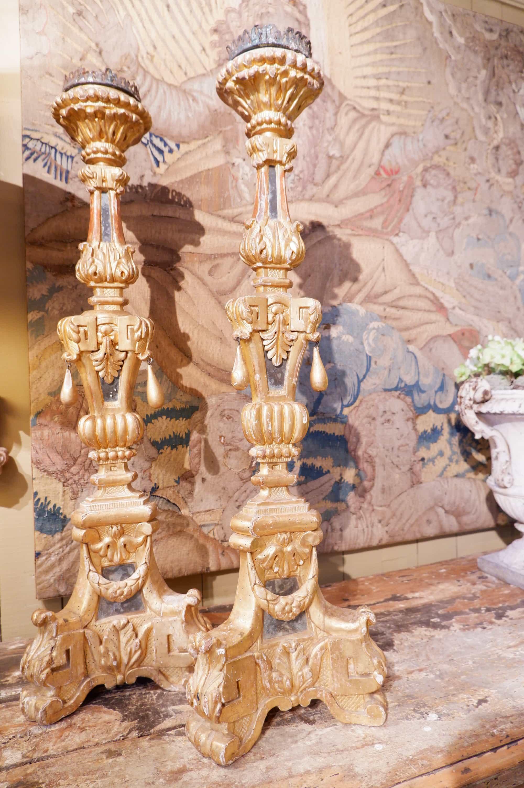 Paire de grands pique cierges Vénitiens en en bois doré XVIIIe