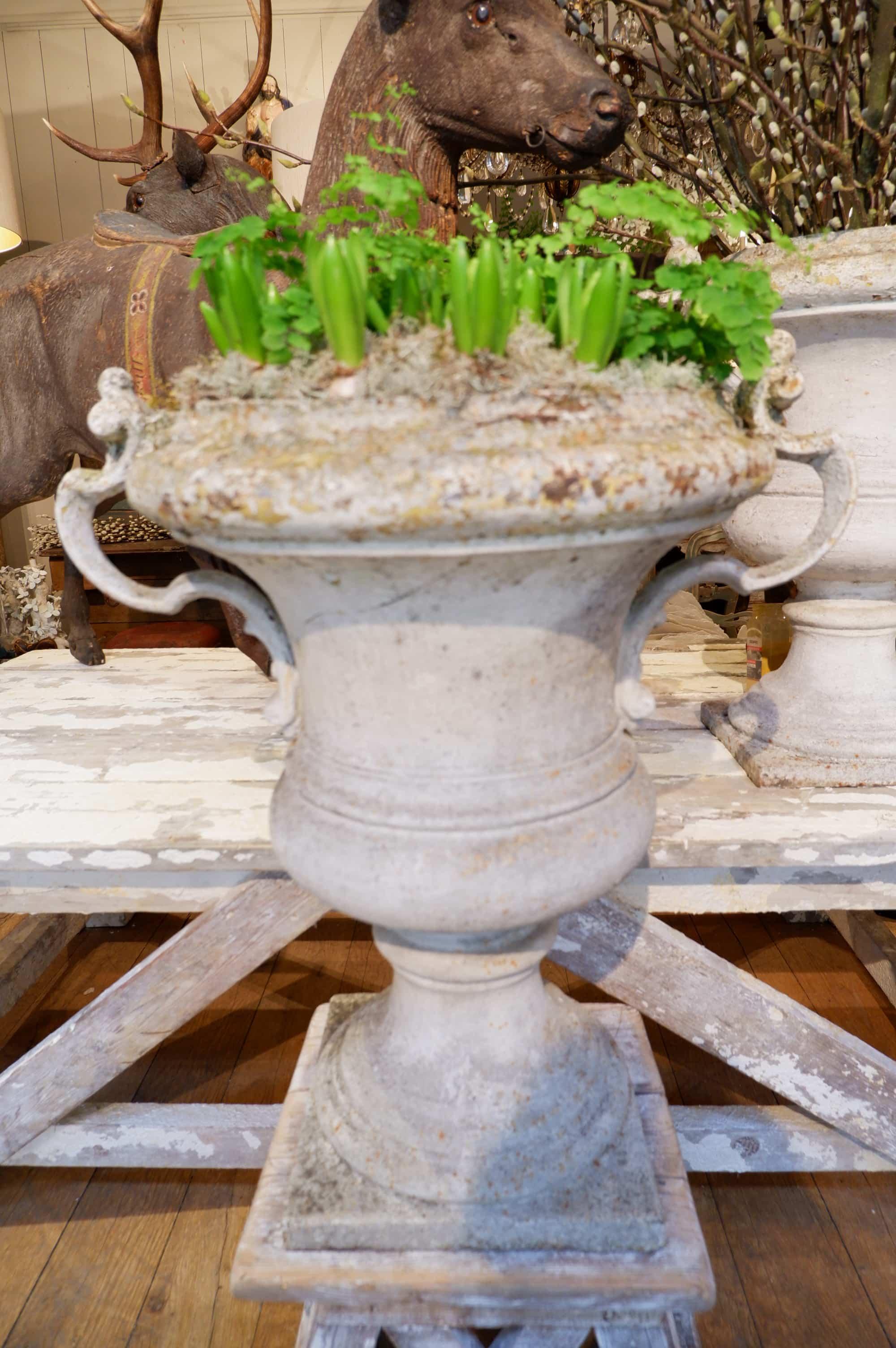 Paire de très grands vases à anses en fonte début XIXe