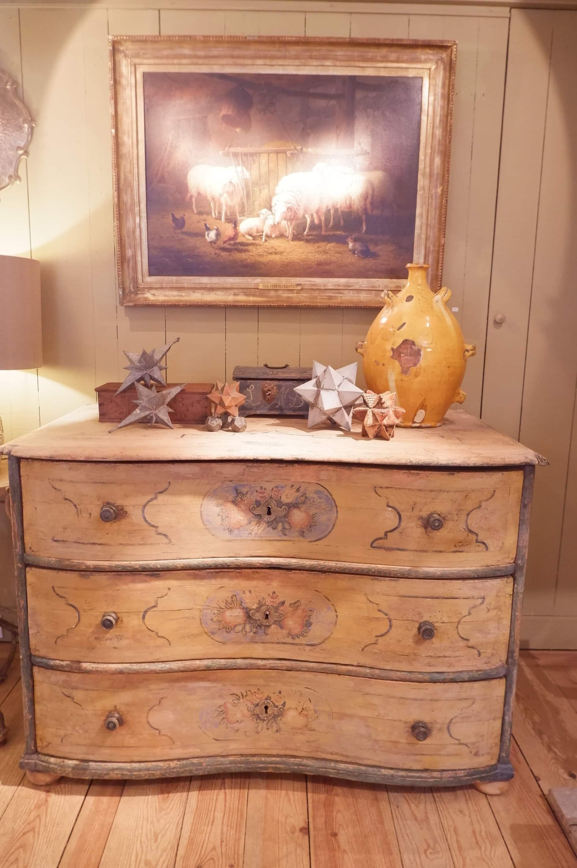 Commode Toscane en bois peint polychrome au décor de fruits fin XVIIIe
