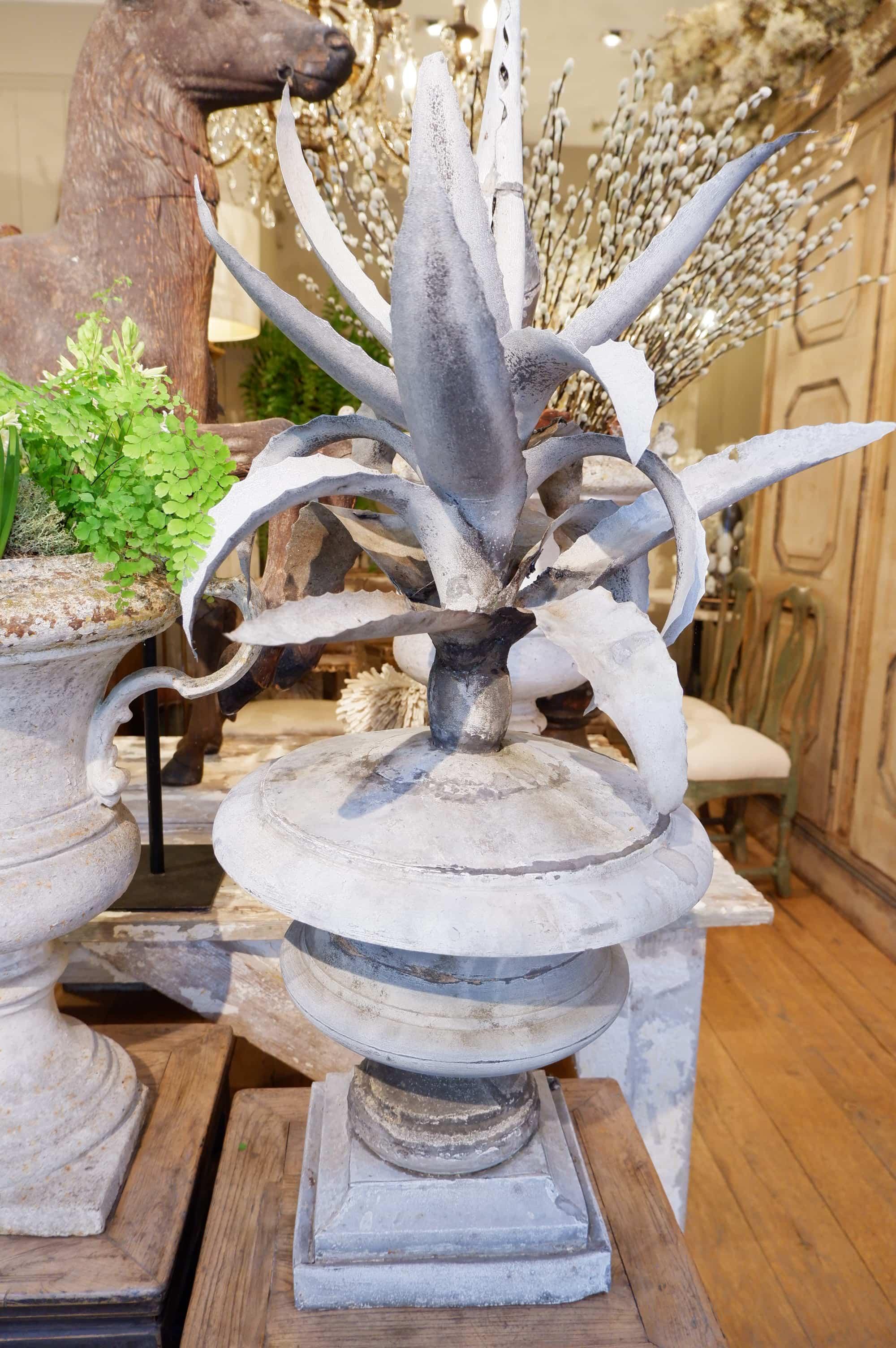 Très grande sculpture en zinc d'une Agave dans un pot – France milieu du XIXe