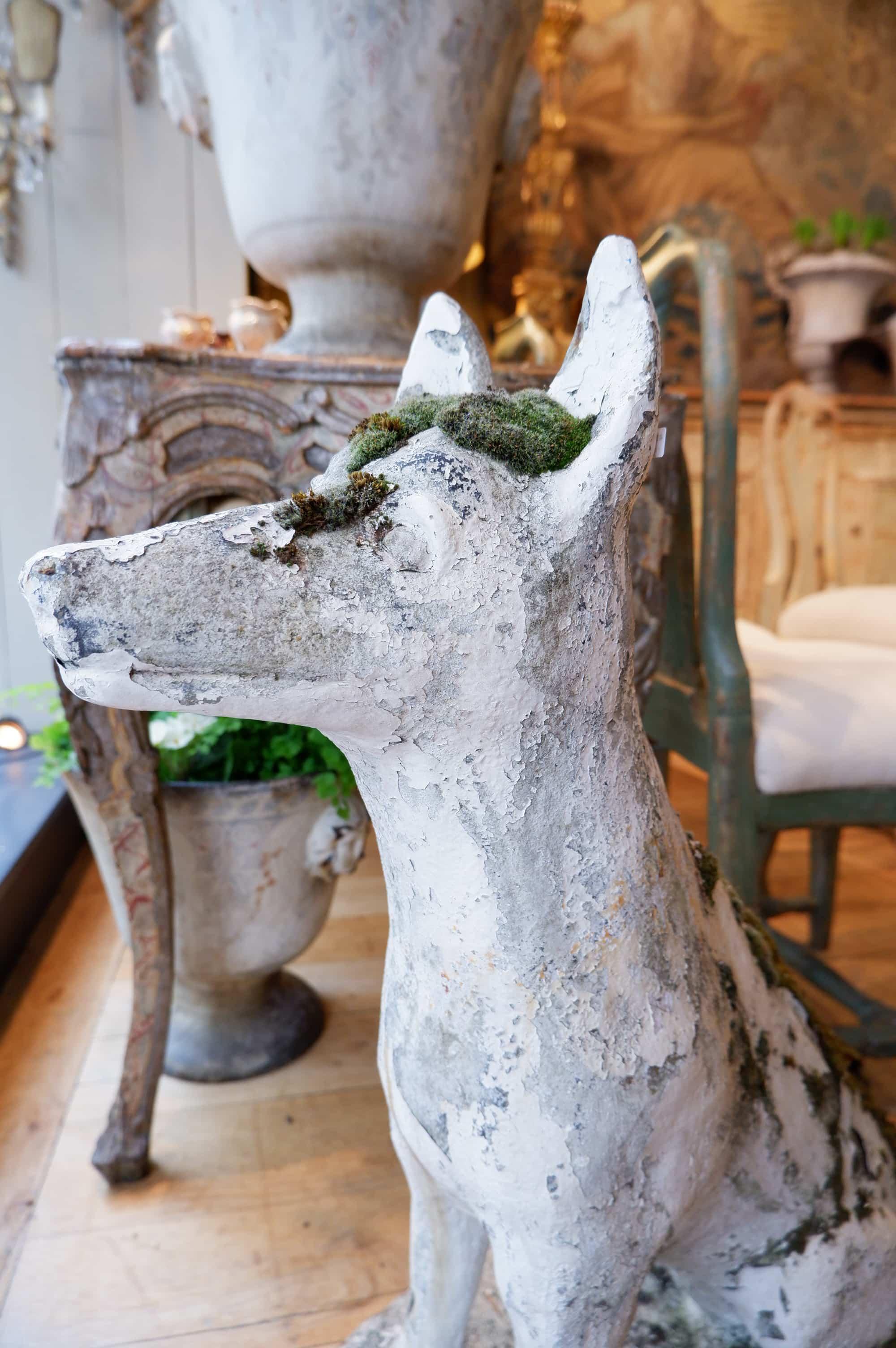 Chien en pierre reconstituée – Ornement de jardin ca.1900