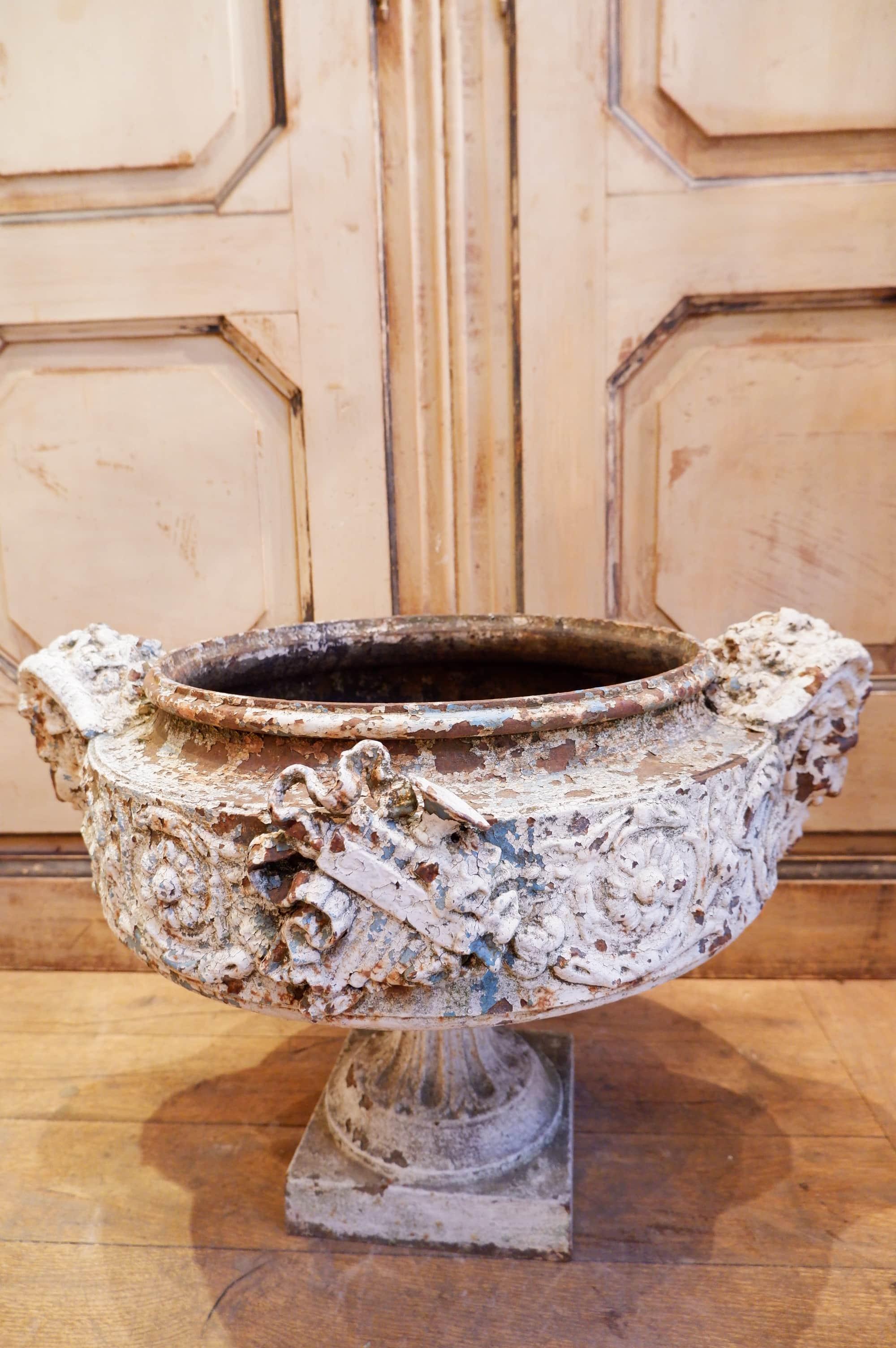 Très grande vasque en fonte blanche XIXe a tête de béliers