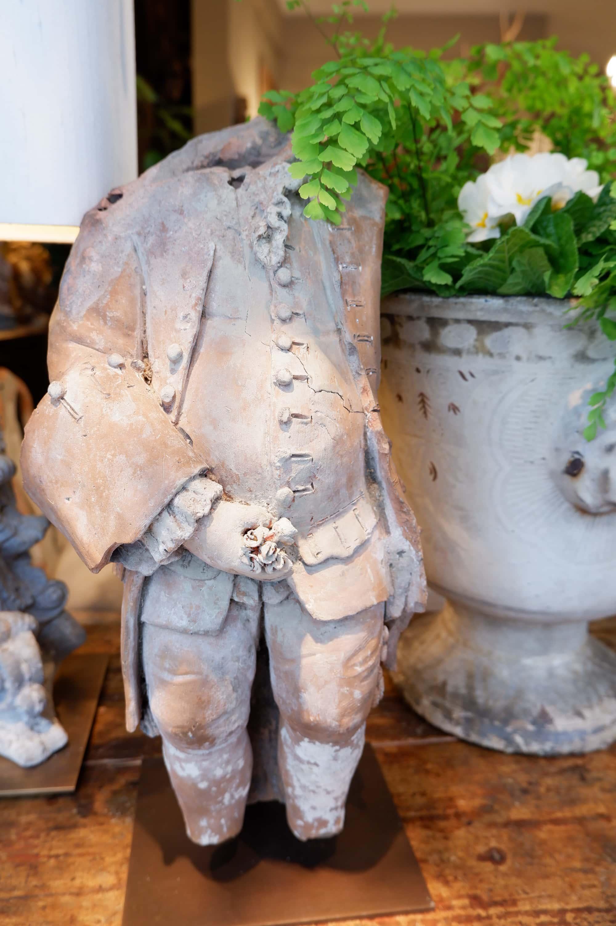 Buste de gentilhomme au bouquet en terre cuite ca.1880 sur socle