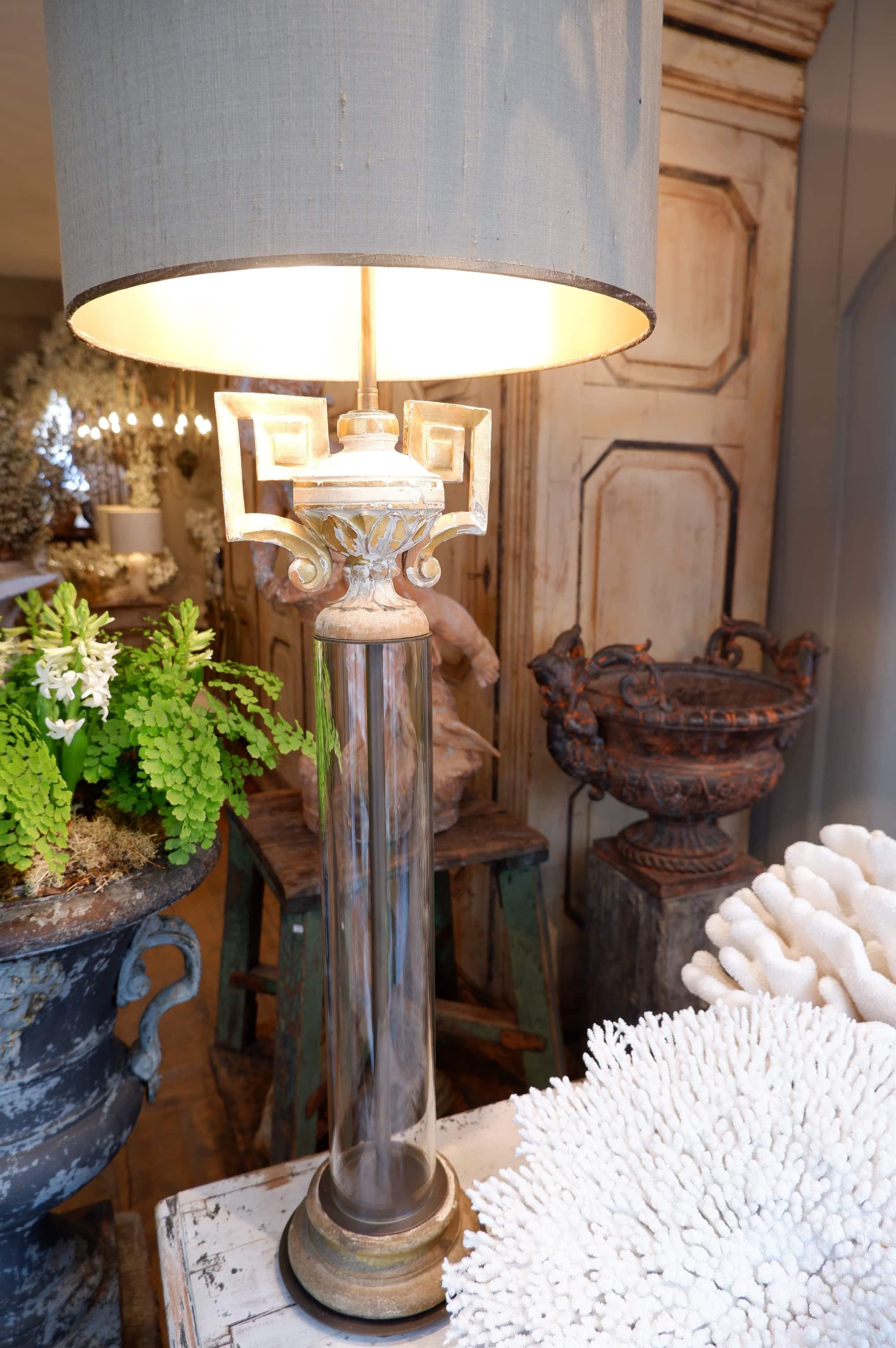 Paire de lampes cassolettes en bois doré sur tube de verre et A/J cylindre