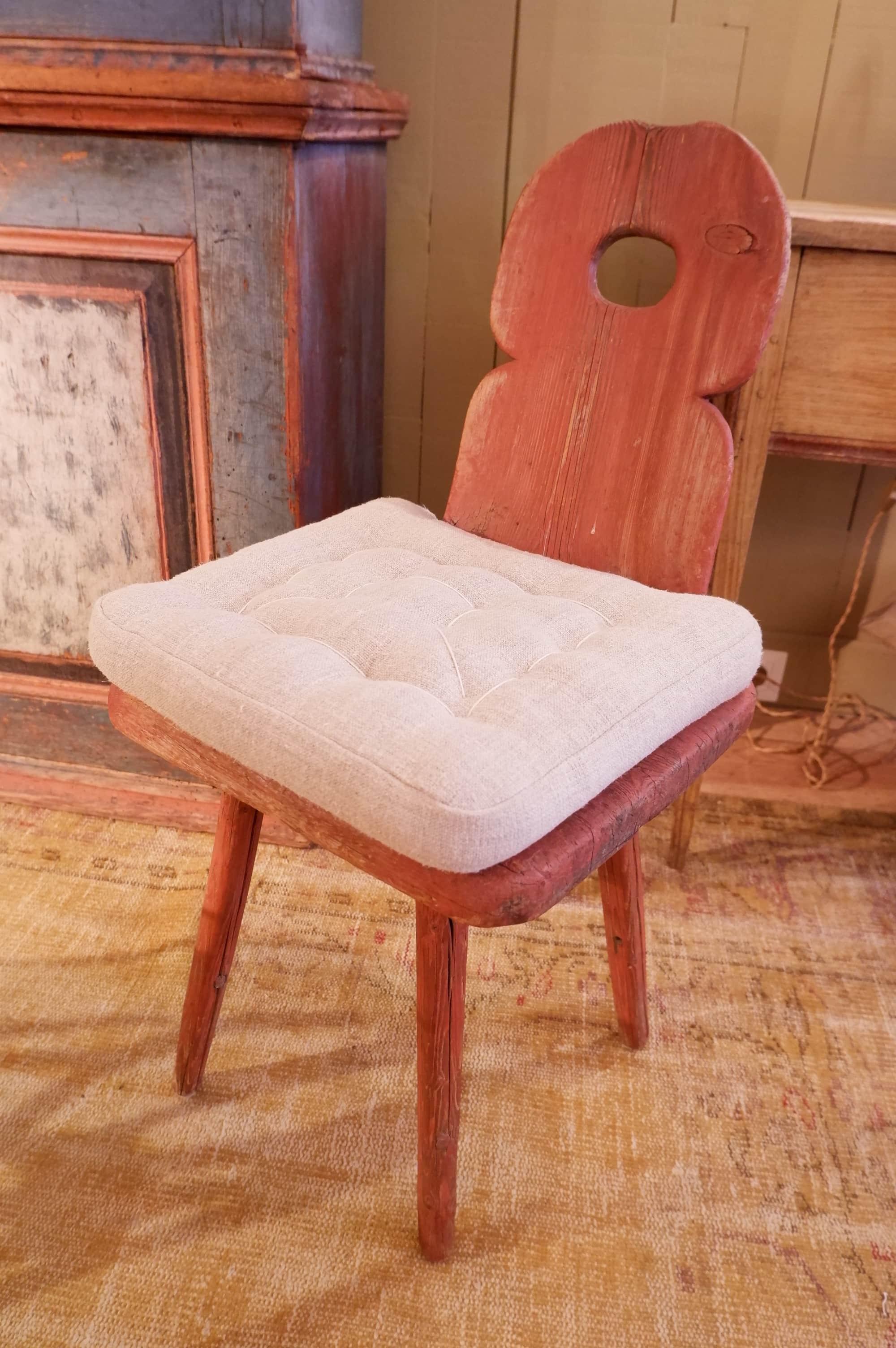 Chaise d'âtre suédoise patine rouge pale – Art populaire XIXe