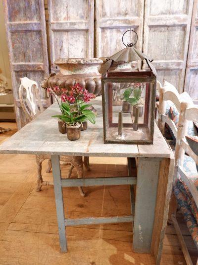 TABLE SUEDOISE GUSTAVIENNE DITE GETLEG EN BOIS PEINT BLEU GLACIER CA.1800
