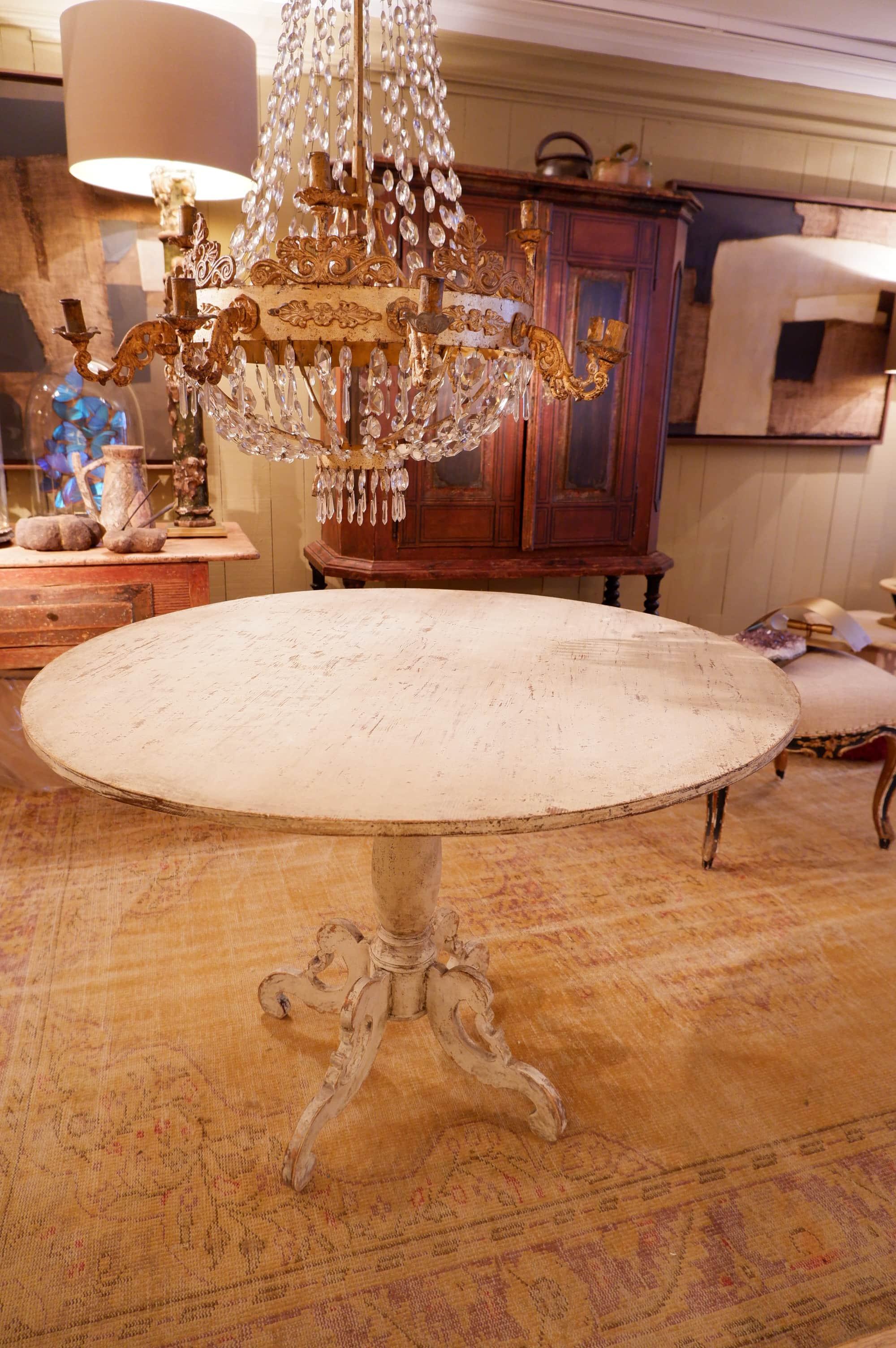 Table ronde style baroque suédoise en bois peint patine blanche ca.1850