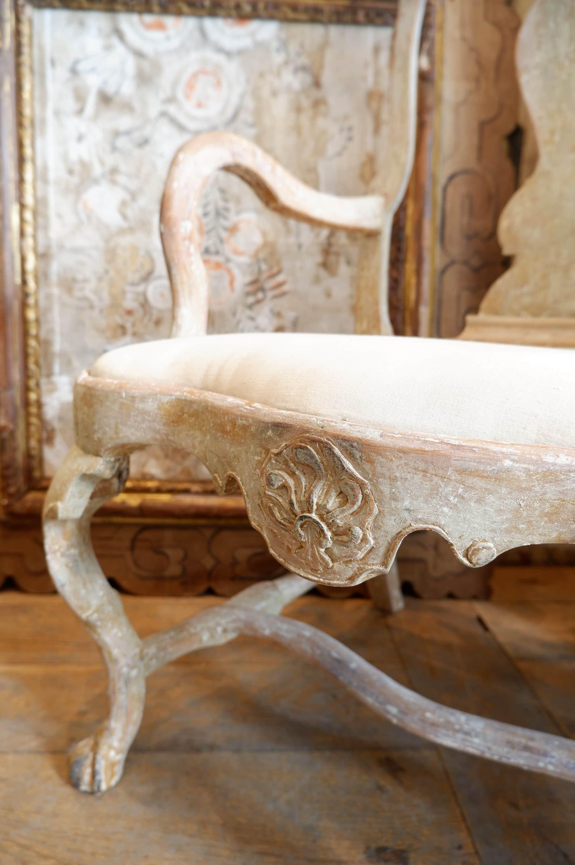 Fauteuil baroque suédois patine blanc cassé – Motif de flammes sculptées ca.1780