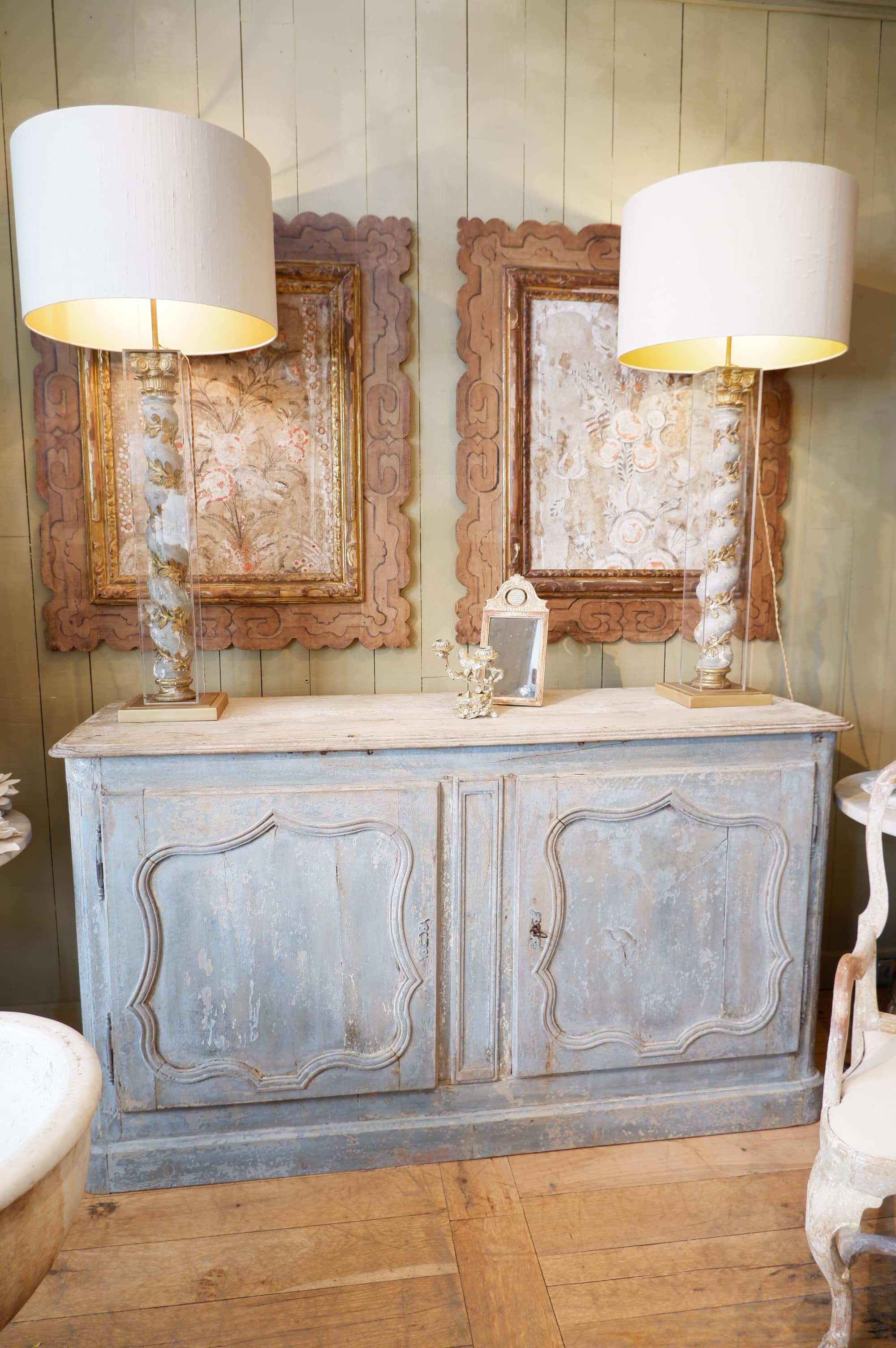 Buffet deux portes période Régence patine bleu pale XVIIIe