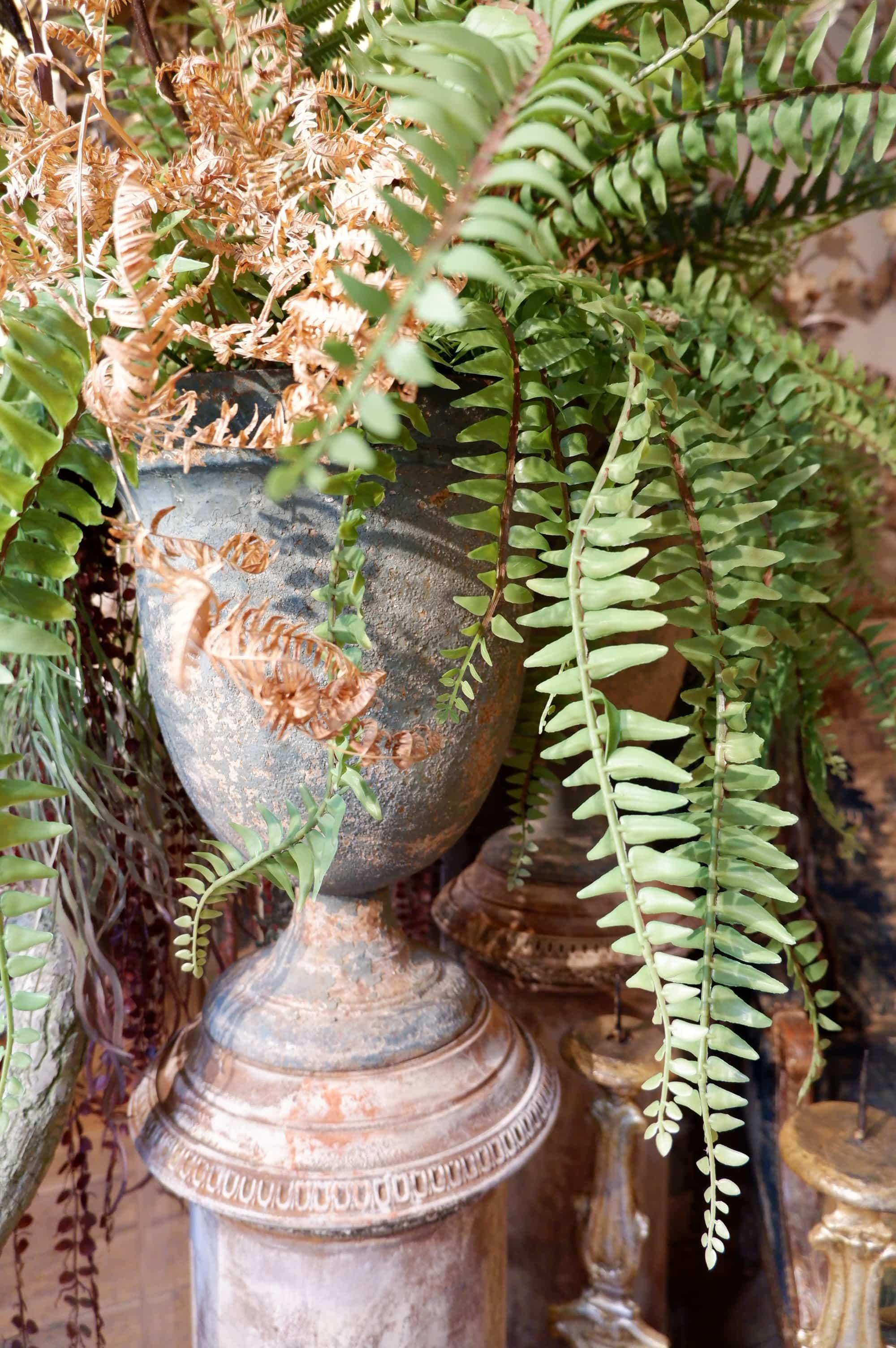"""Paire de vases """"Campana"""" sur pied haut en fonte vert pale XIXe"""