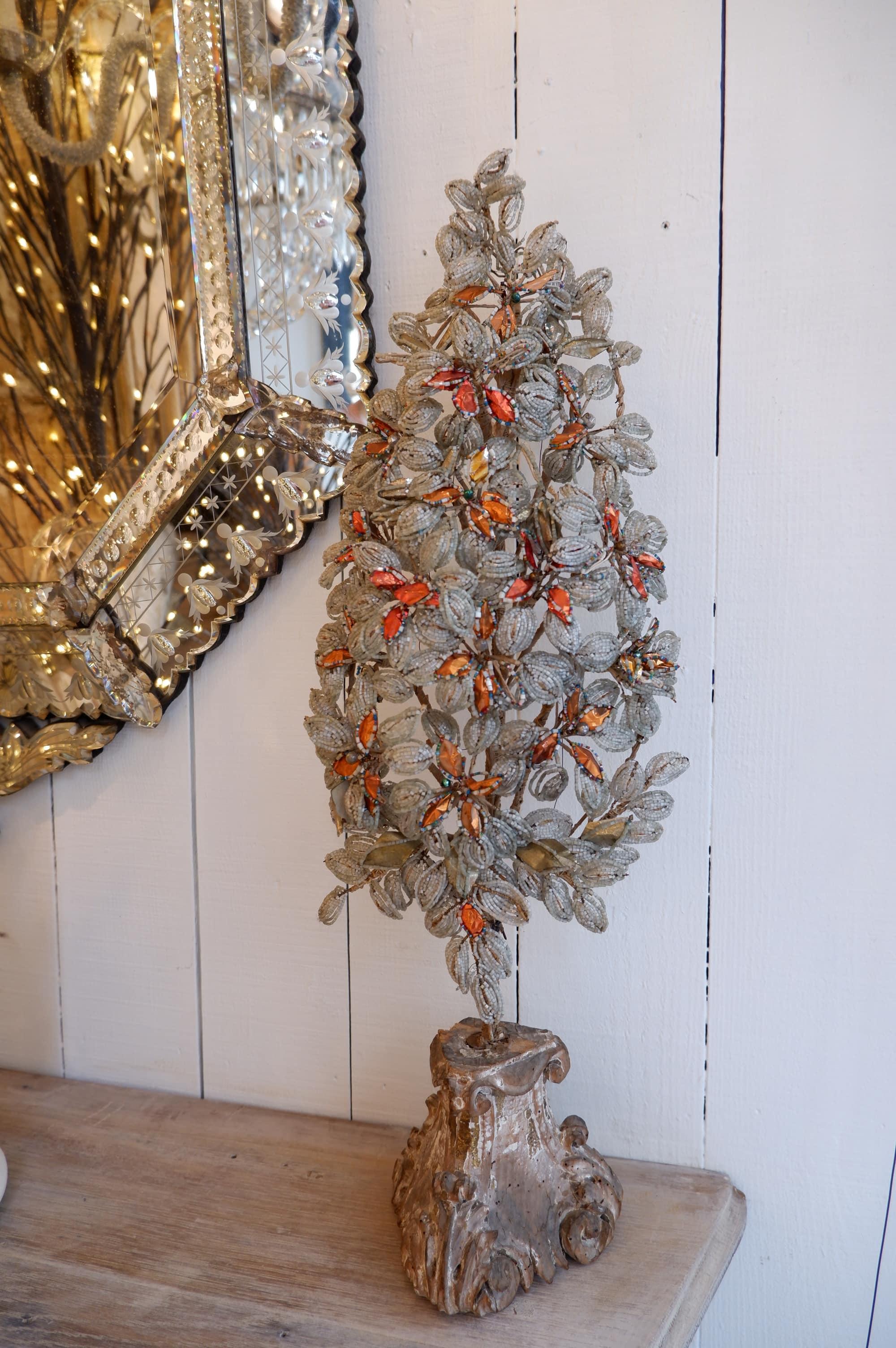 Décoration d'autel en perles sur pied en bois sculpté ca.1800