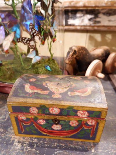 Petit coffre de mariage Normand en bois peint XVIIIe