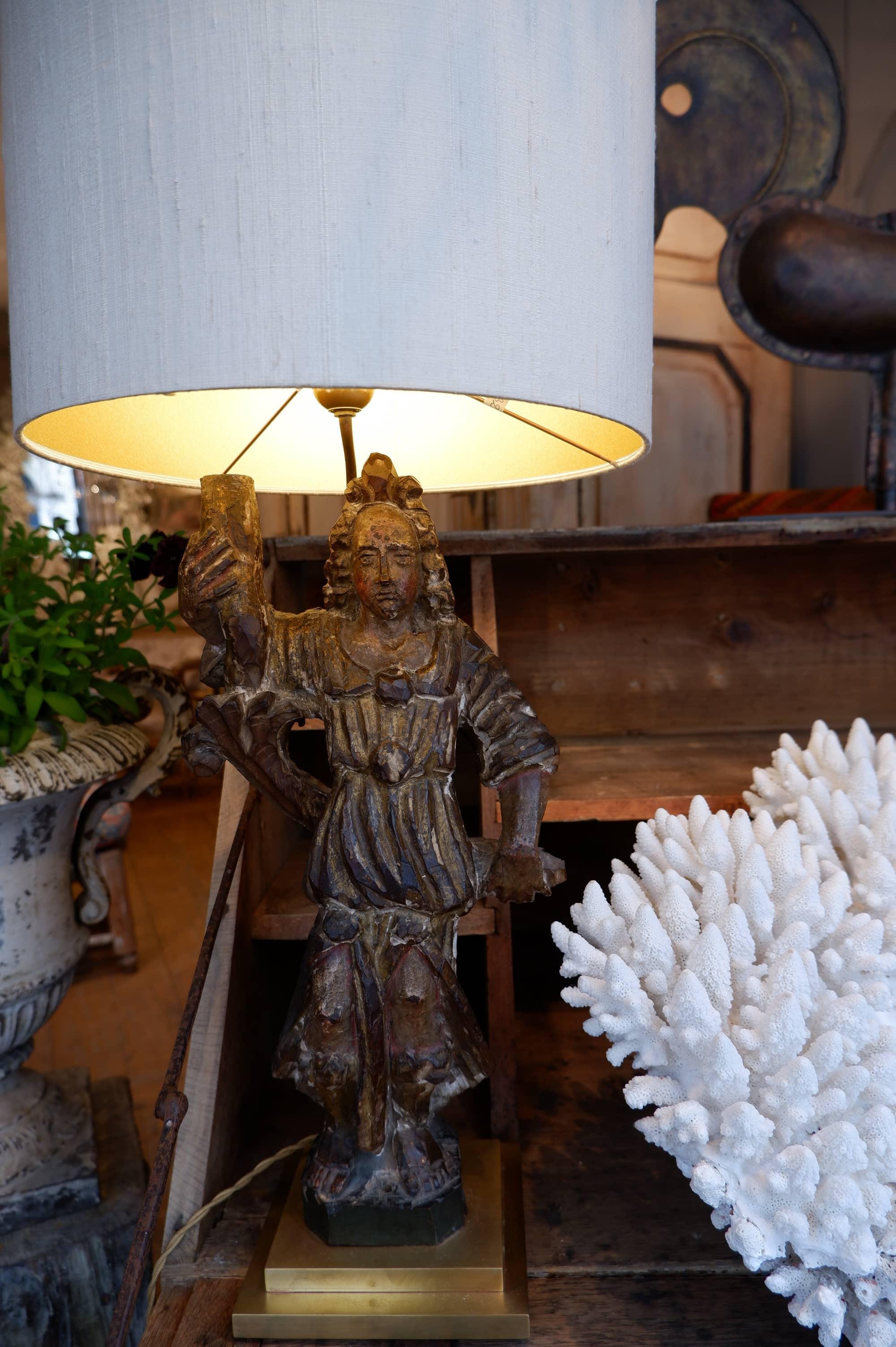Lampe de table, Saint en bois sculpté XVIIE tenant un flambeau