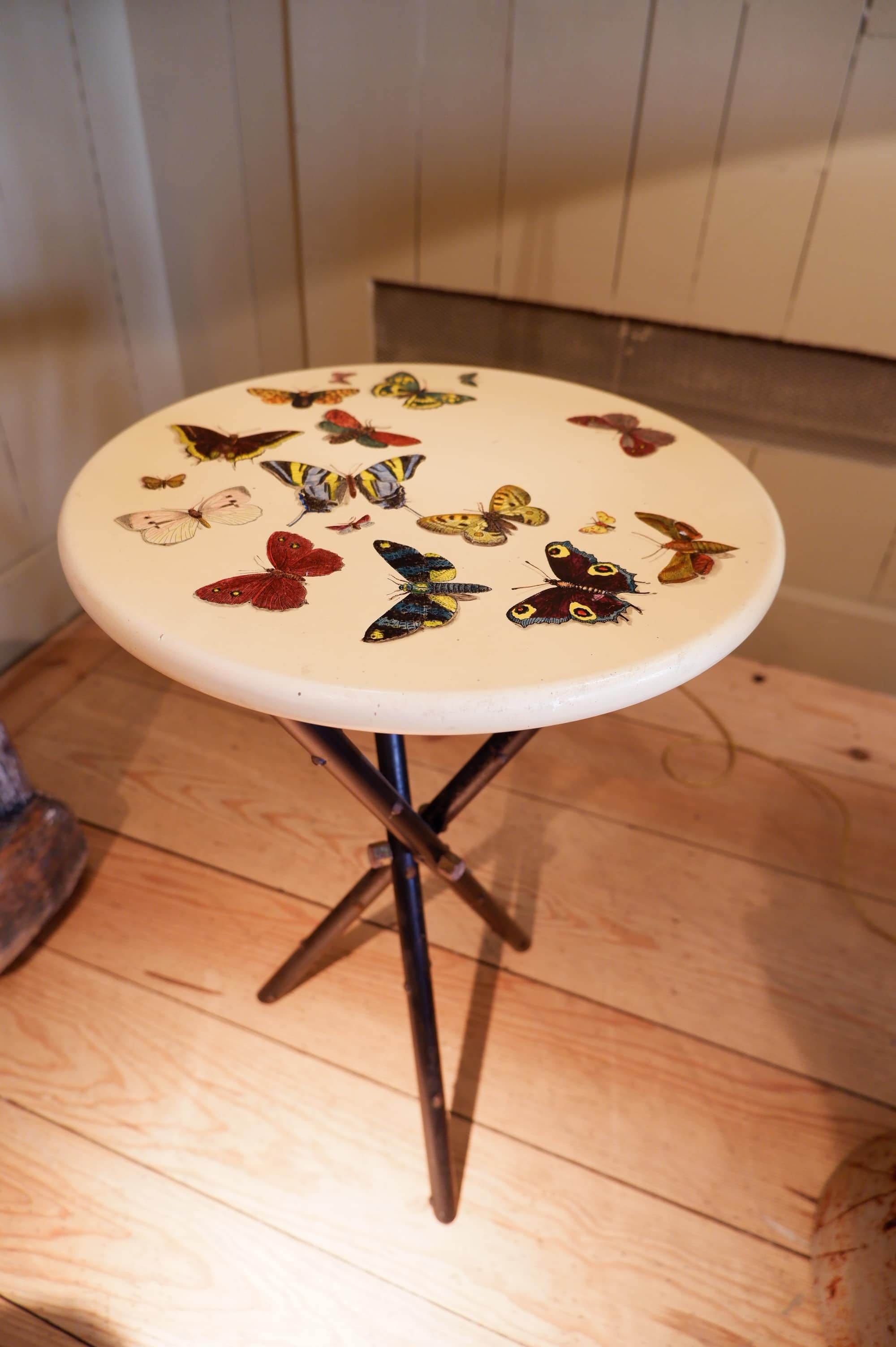 Side-table de Piero Fornasetti décor papillons multicolores ca.1960