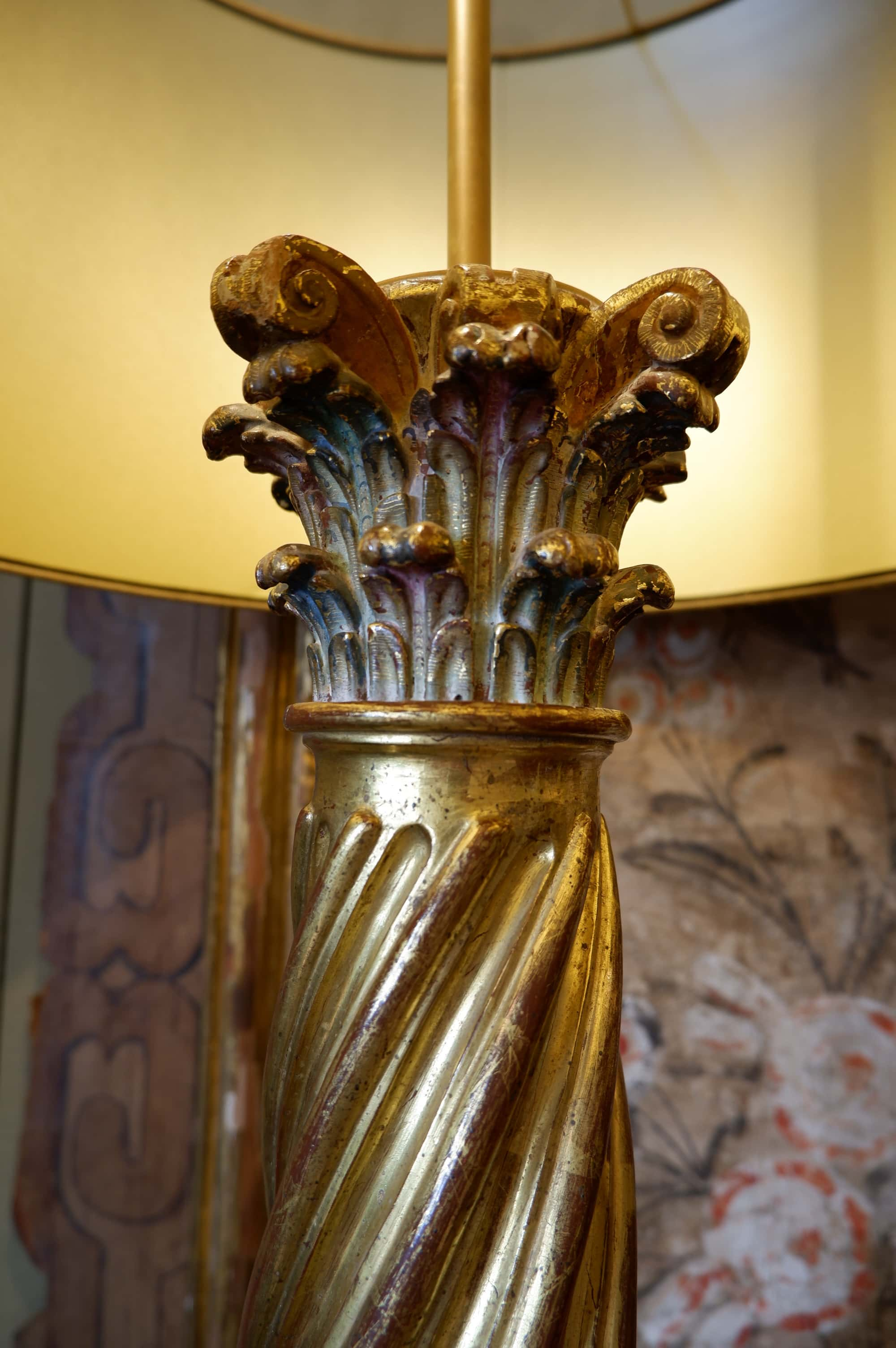 Paire de lampes colonnes baroques torsadées feuille d'or + AJ soie