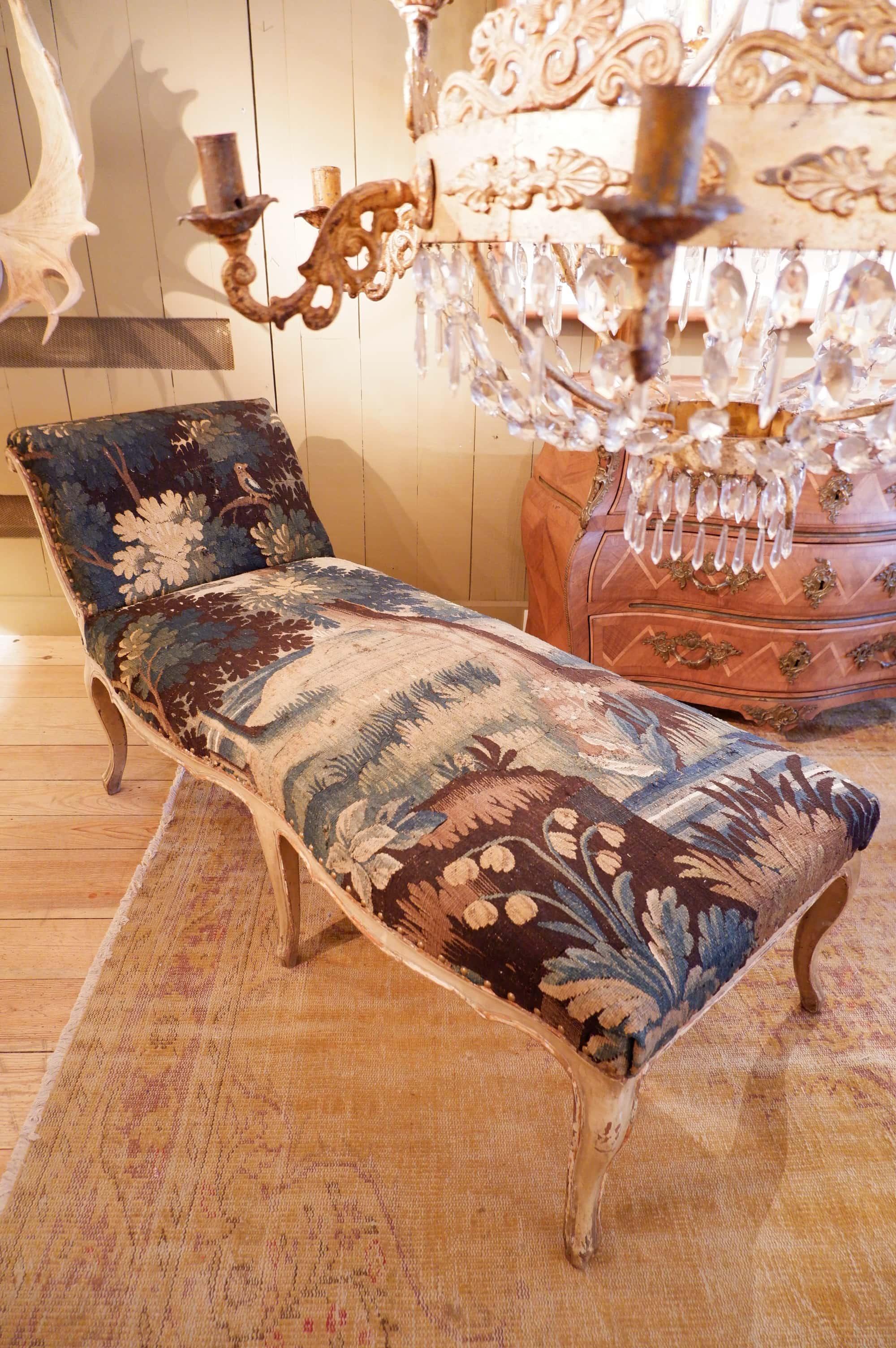 Grande chaise longue Louis XV laque beige recouverte de tapisserie en verdure