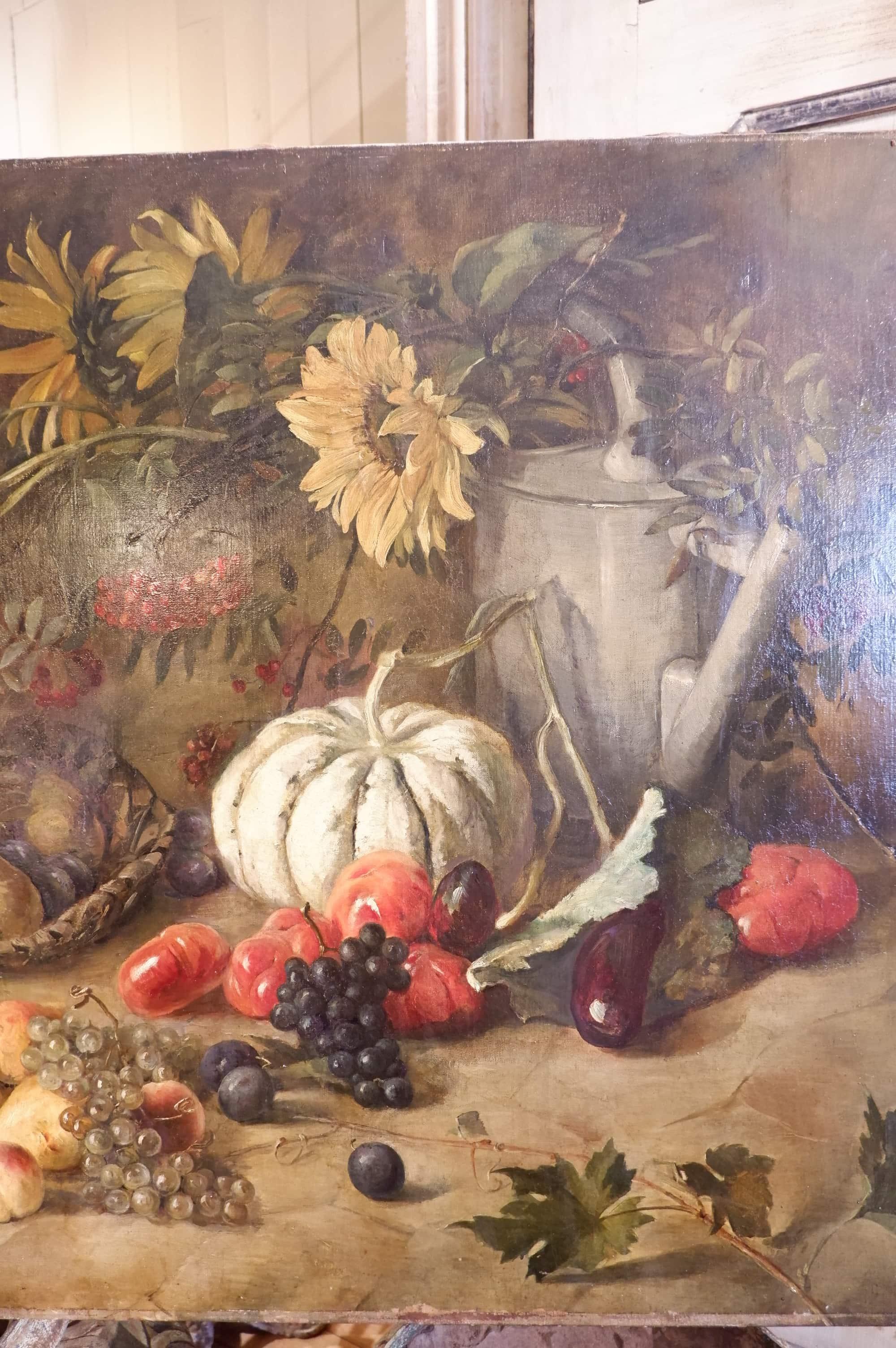 Grande nature morte fin XIXe mêlant un arrosoir, des fruits  des fleurs