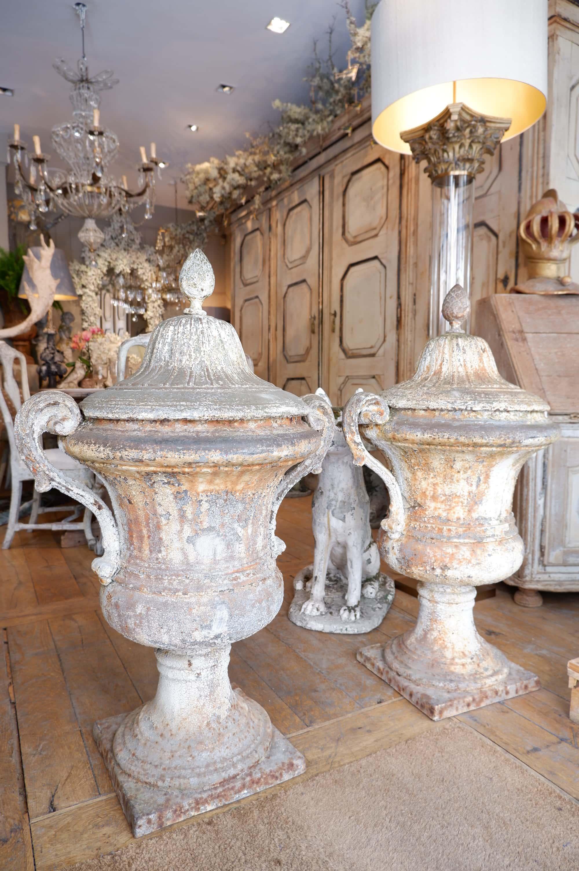 Paire de trés grands vases directoires en fonte avec bouchons ca.1750