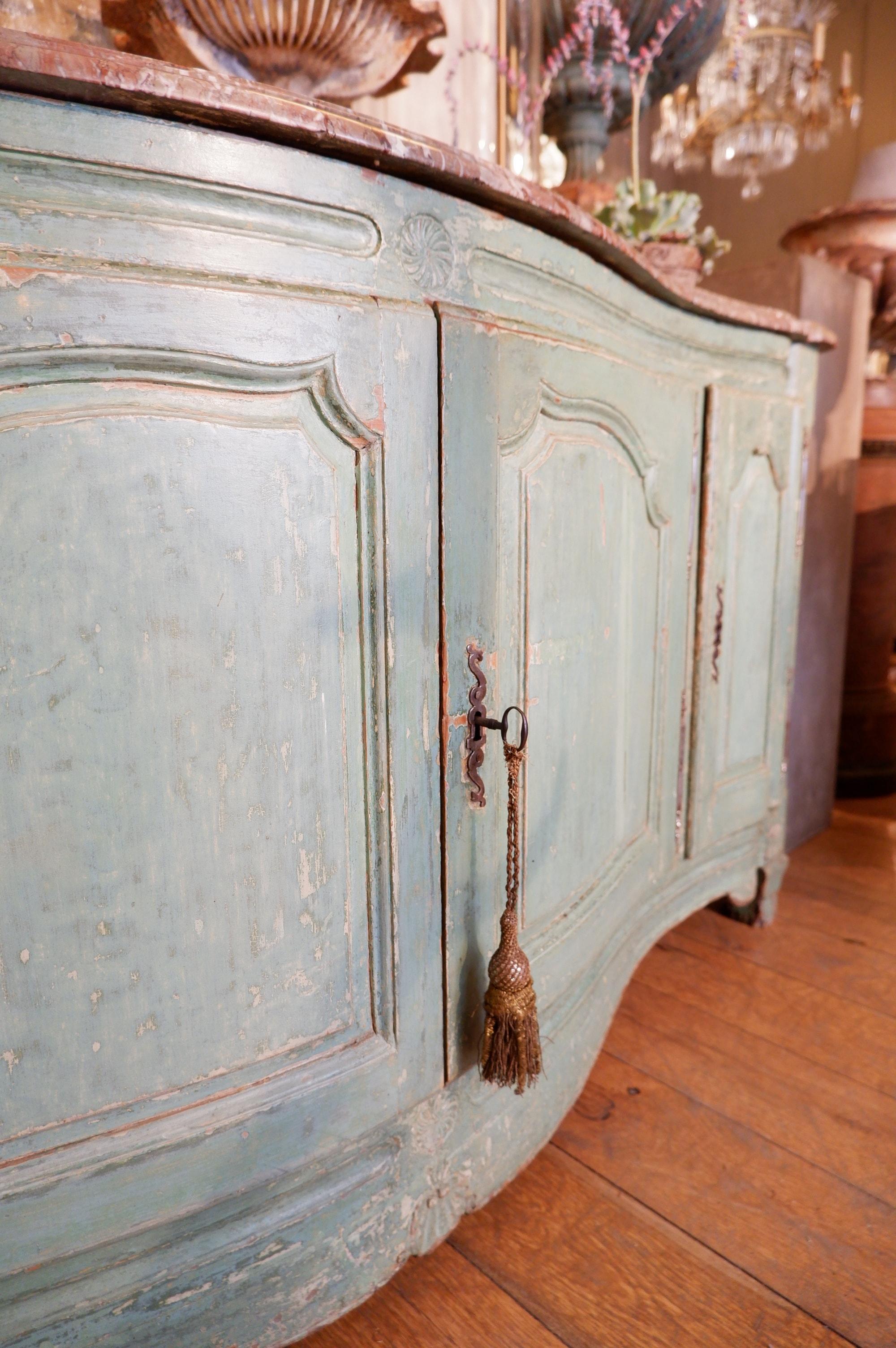 Grand buffet Louis XV à 4 portes laque d'origine vert pâle et dessus marbre rouge