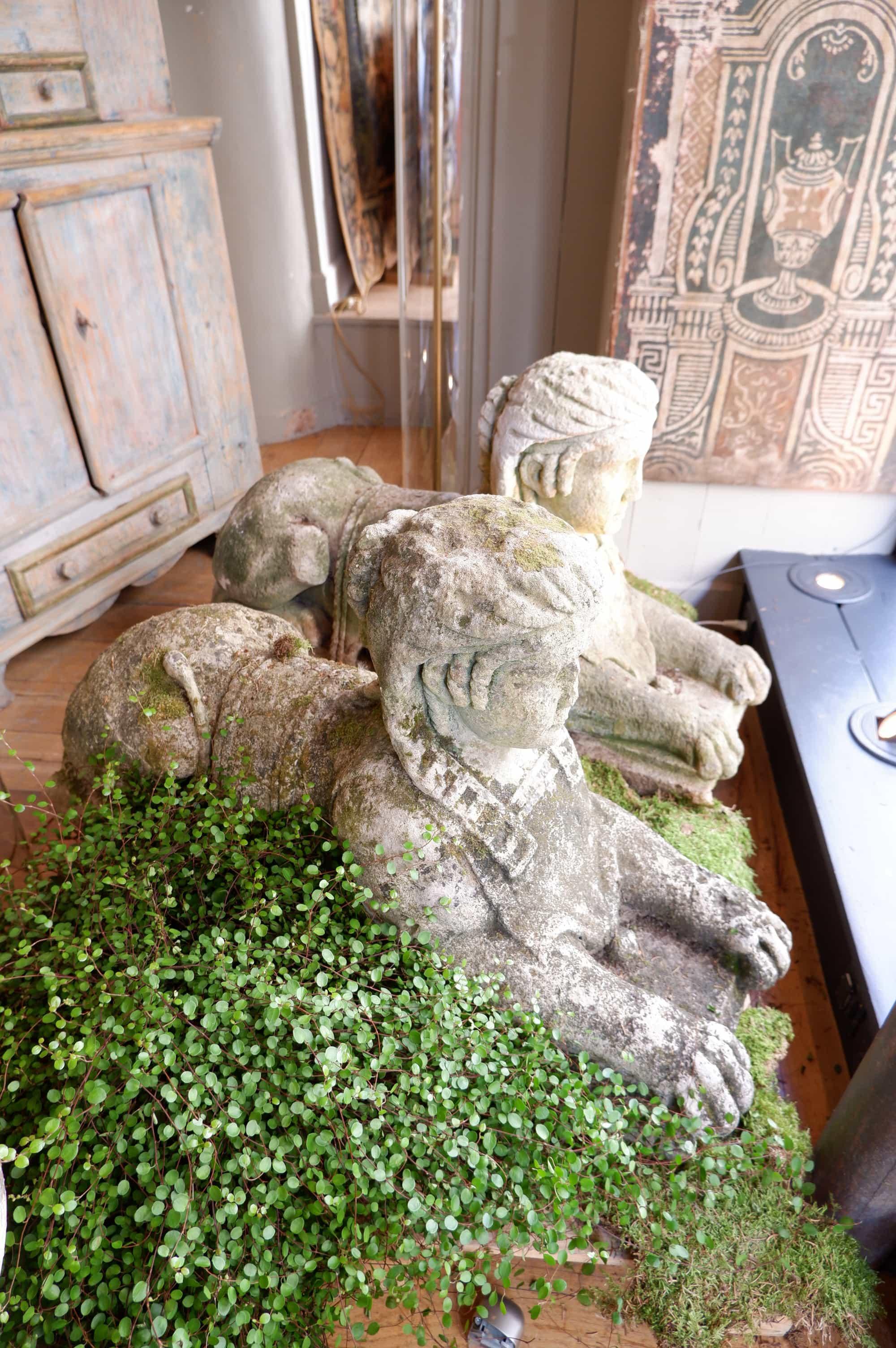 Paire de sphinges en pierre sculptée XVIIIe