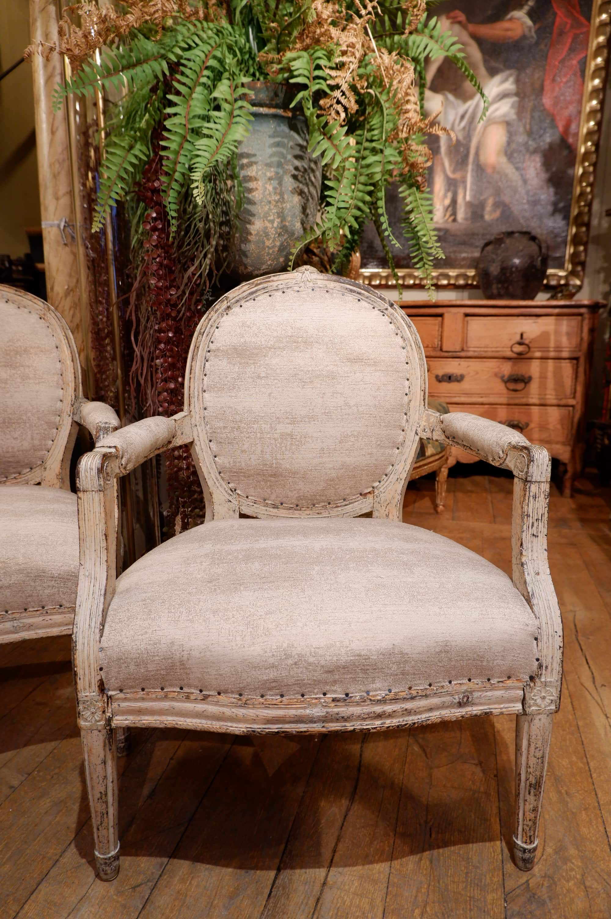 Pair of Gustavian armchairs with medallion backrest - Beige patina ca.1780