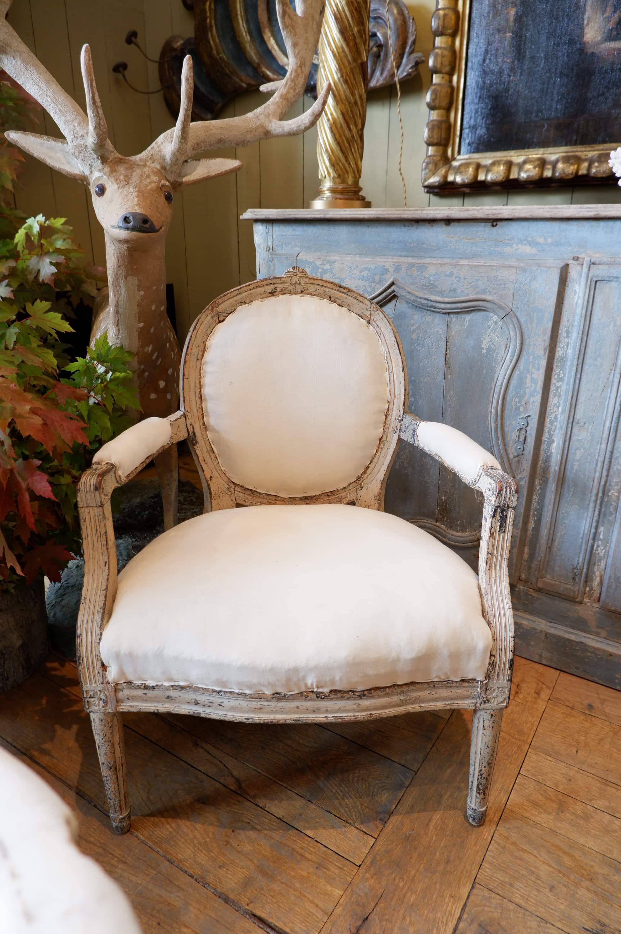 Paire de fauteuils Gustaviens dossier médaillon – Patine beige ca.1780
