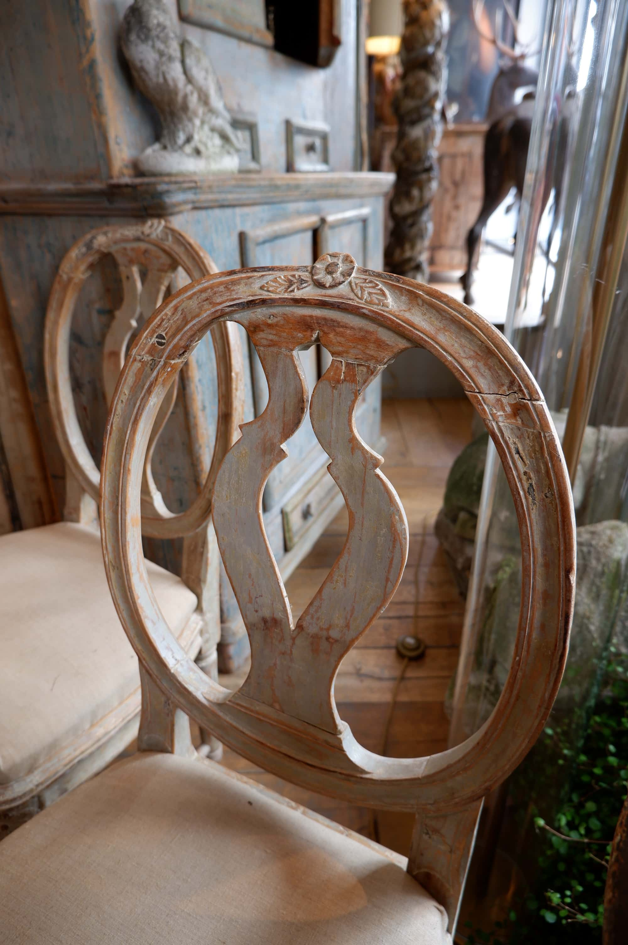 Paire de chaises suédoise période transition dossier médaillon et fleur sculptée ca.1750