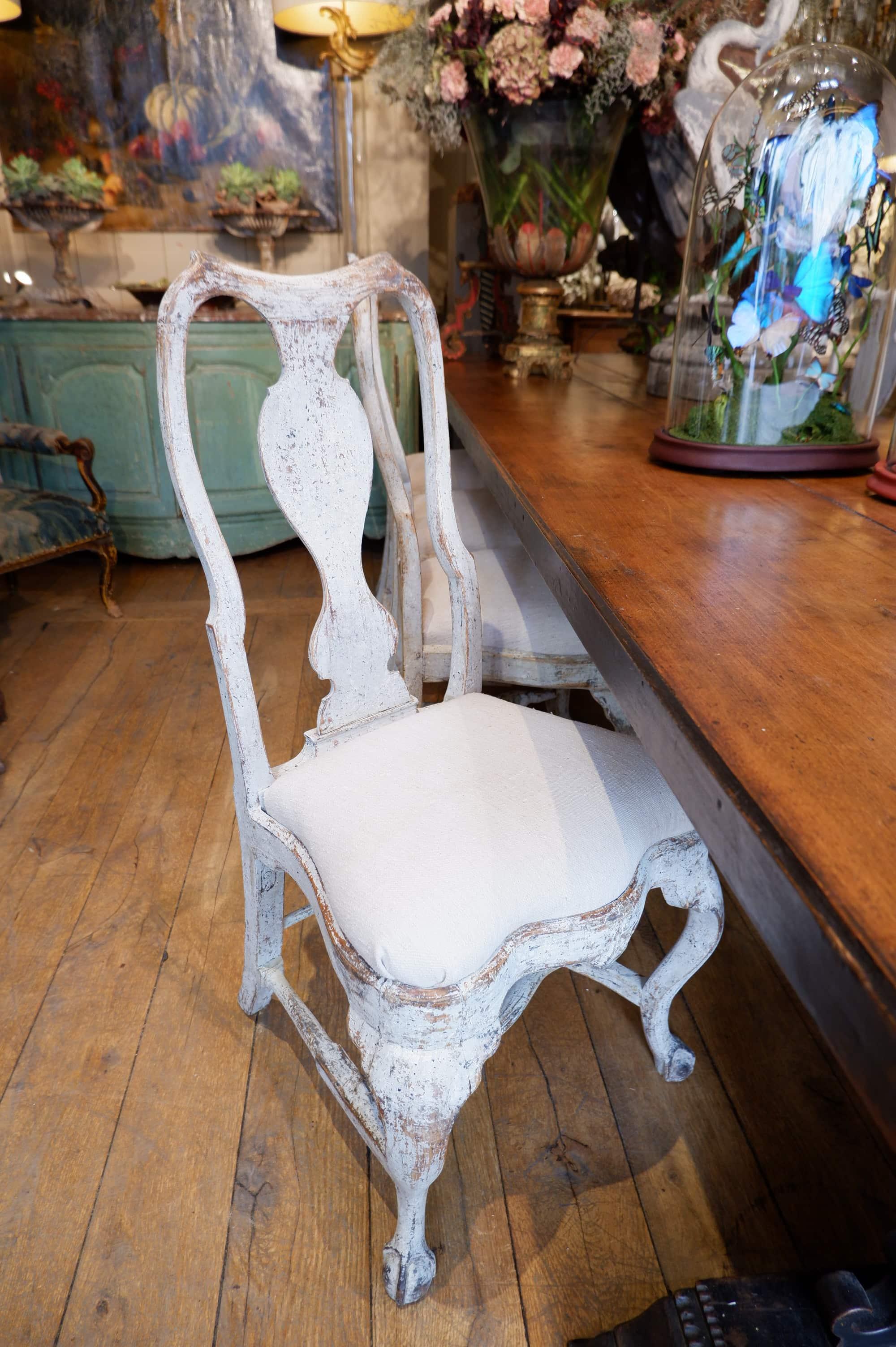 Suite de 8 chaises Suédoises Roccoco patine blanche