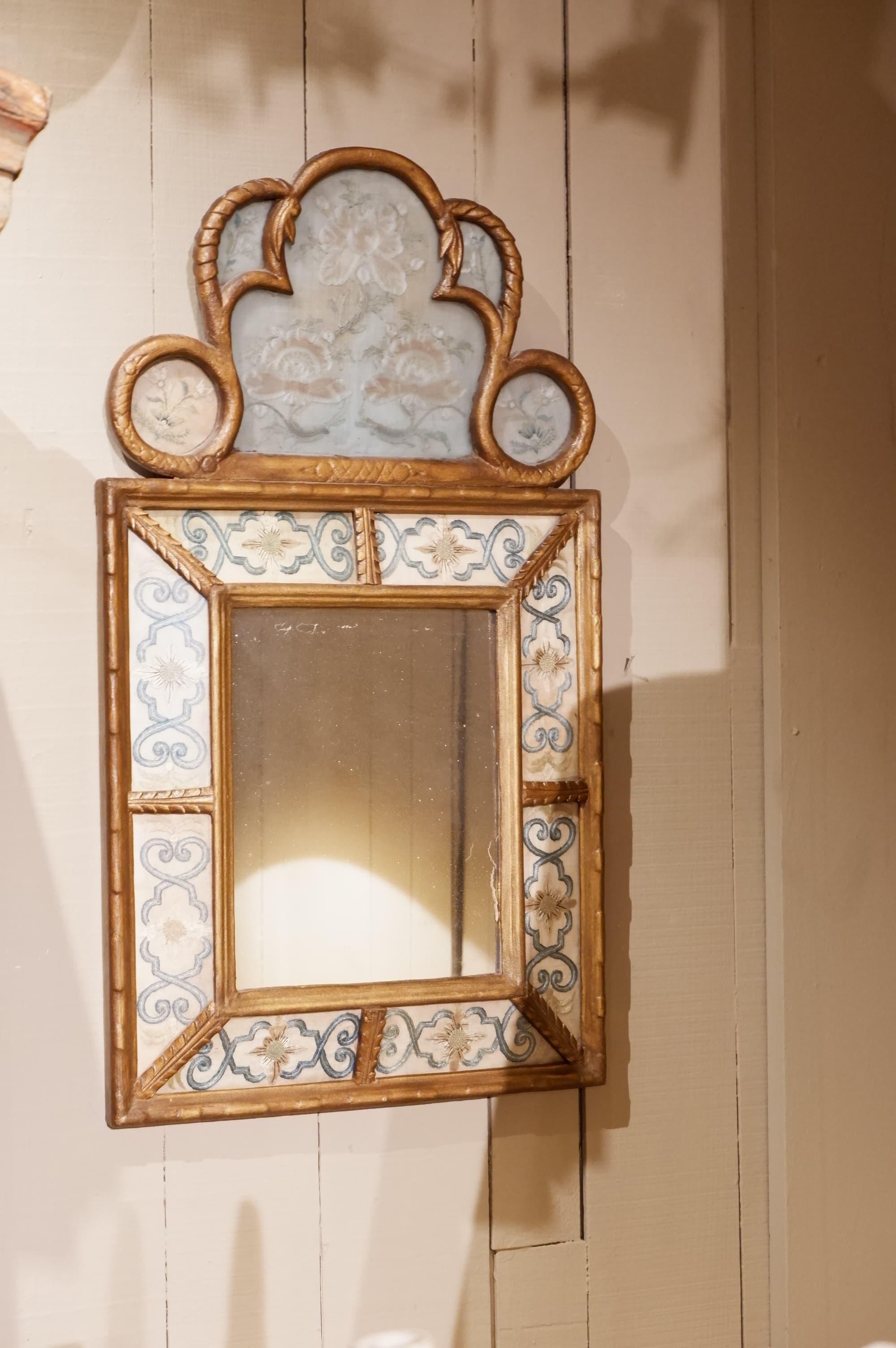 Miroir baroque à pareclose de soie brodée et verre coloré ca.1800