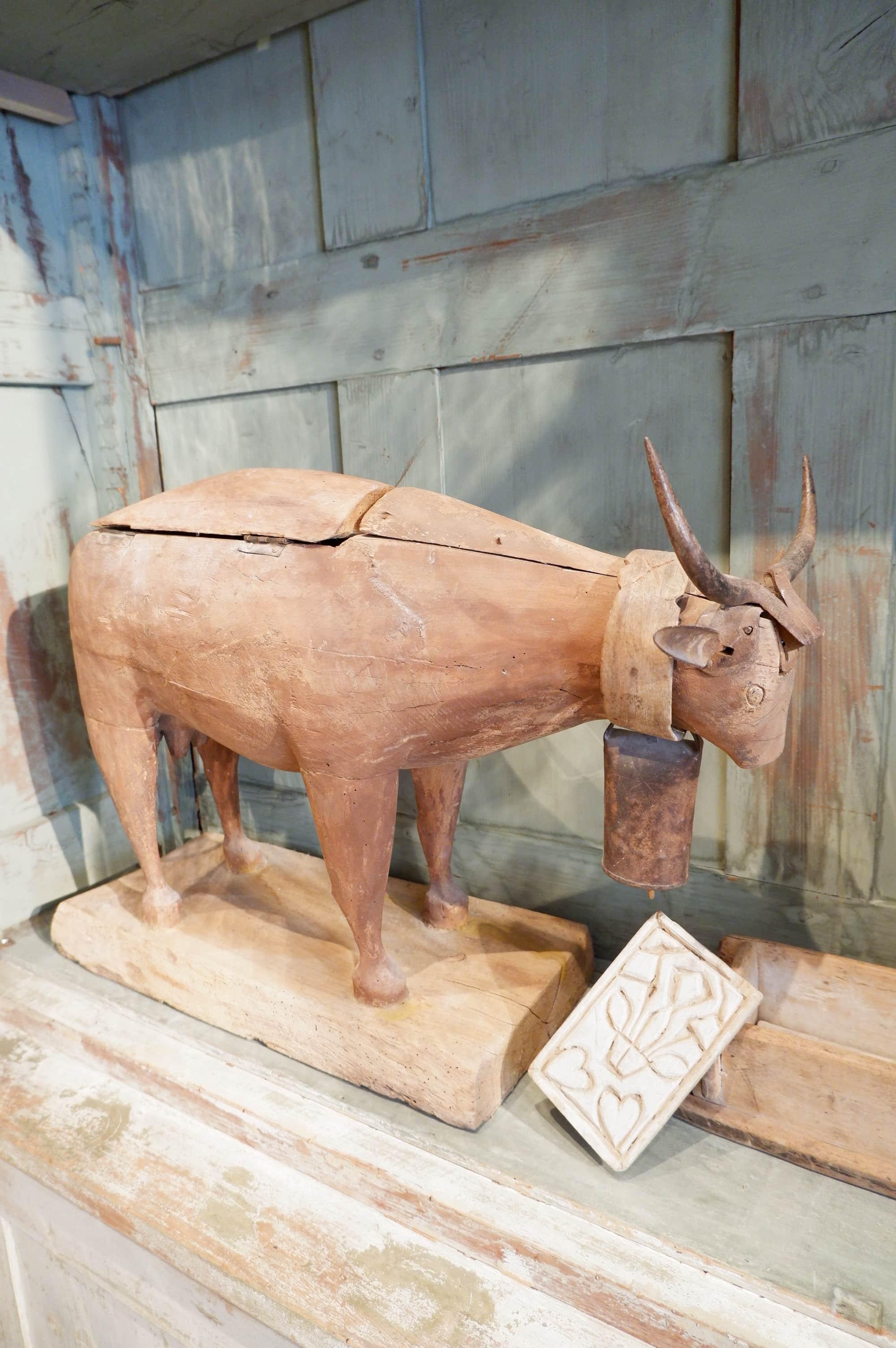 Vache Limousine didactique en bois sculpté XIXe