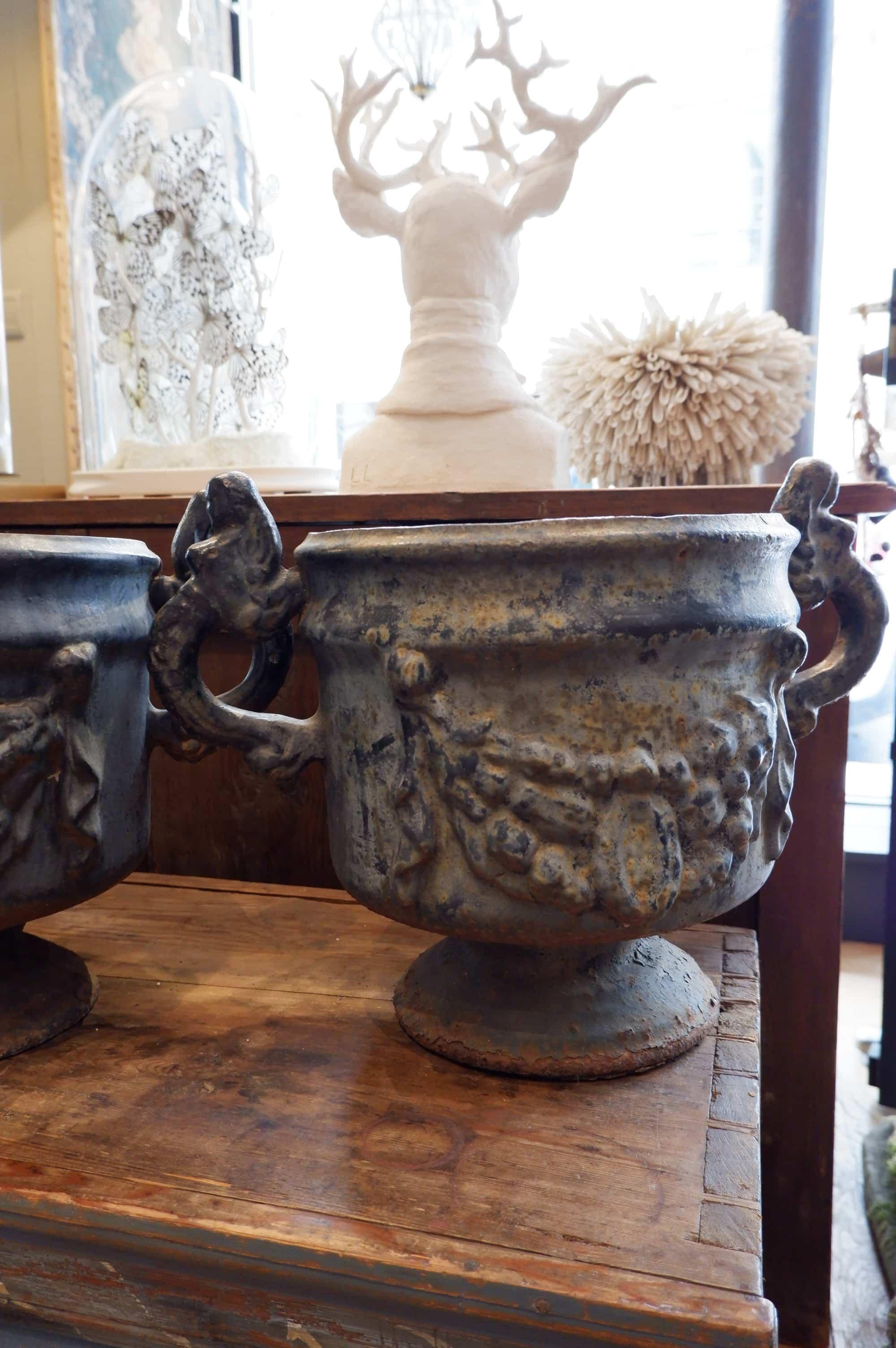 Suite de 4 vases à anse en fonte bleu marine – période directoire