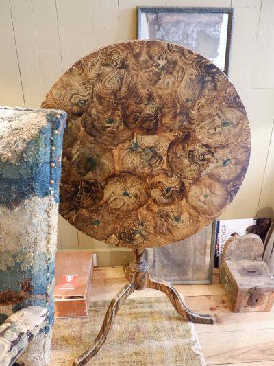 Guéridon ployant décor trompe l'oeil de fausse loupe de bois ca.1800