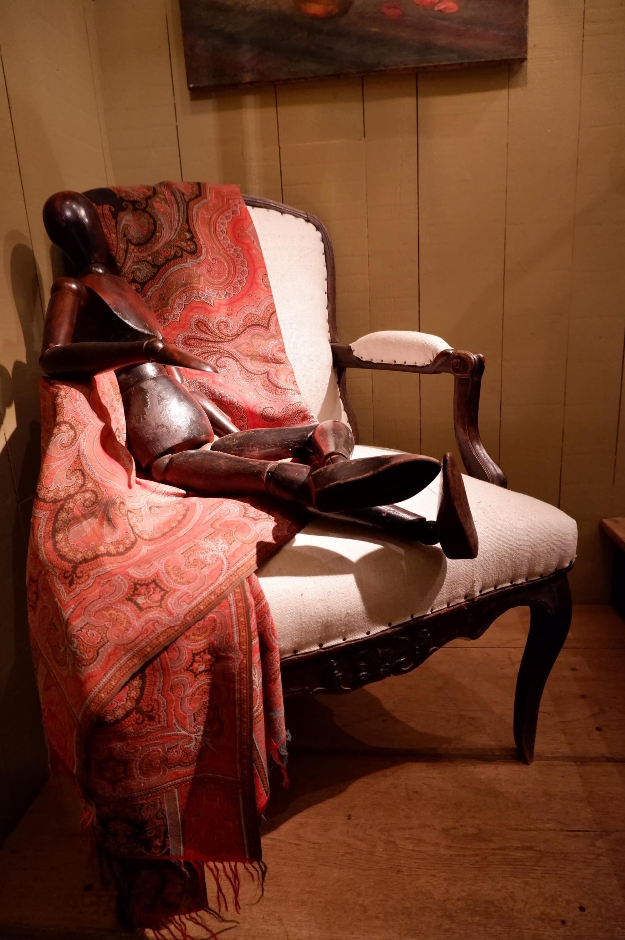 Elégant fauteuil Louis XV à dossier plat patine noire  – France ca.1720