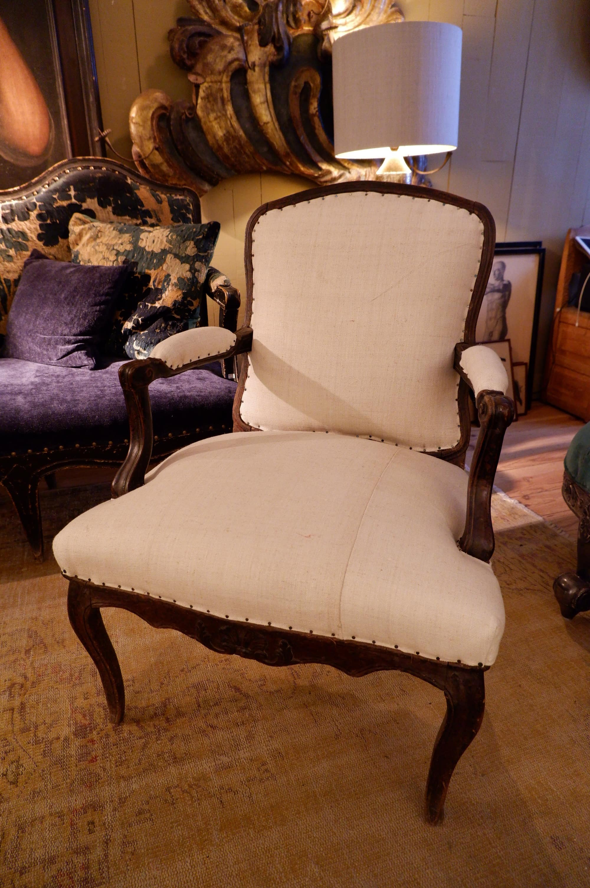 Elegant Louis XV armchair with flat backrest and black patina - France ca.1720